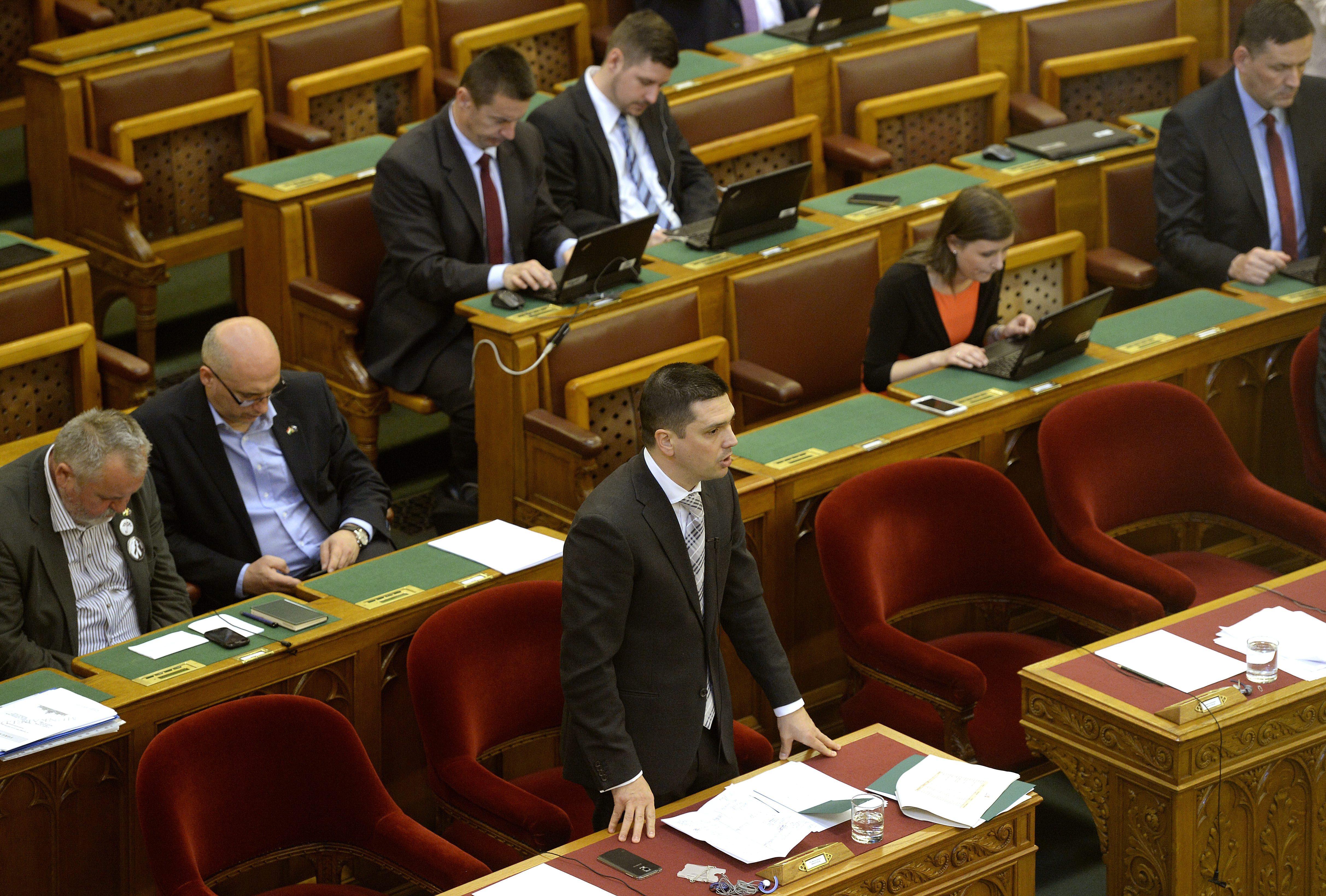 Az eddigi állami földekért felelős államtitkár, aki véletlenül együtt kávézott Mészáros Lőrinccel, két helyről kapott fizetést, a vagyona mégis csökkent öt év alatt