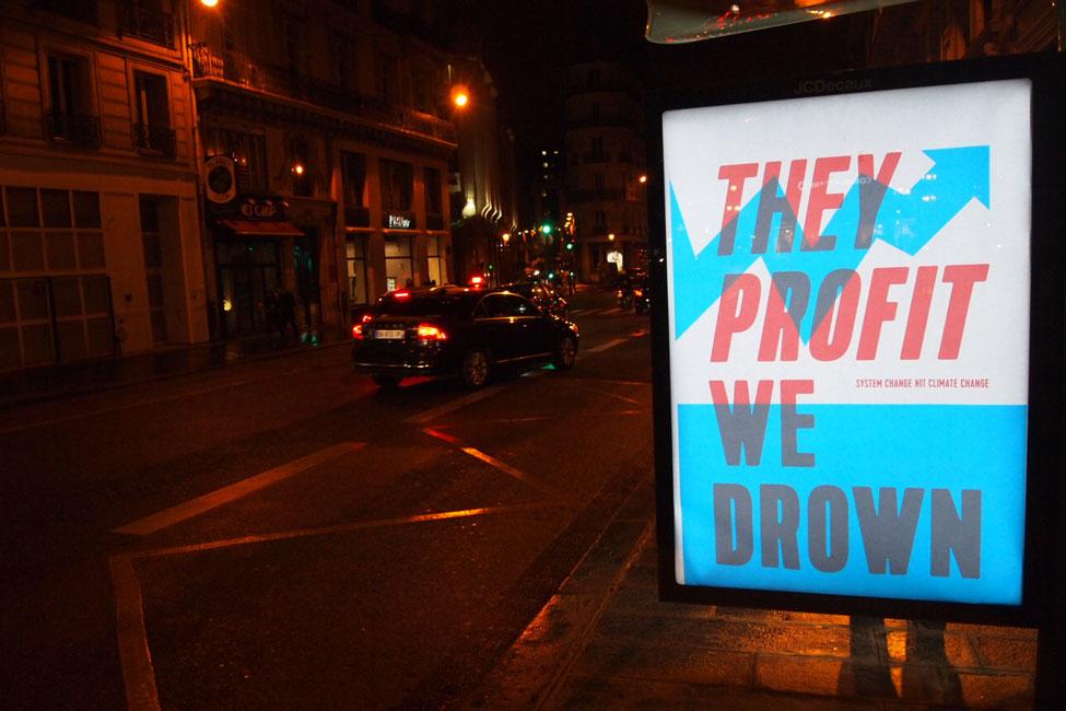 Egy művészcsoport köztéri reklámokat cserél le művészeti plakátokra