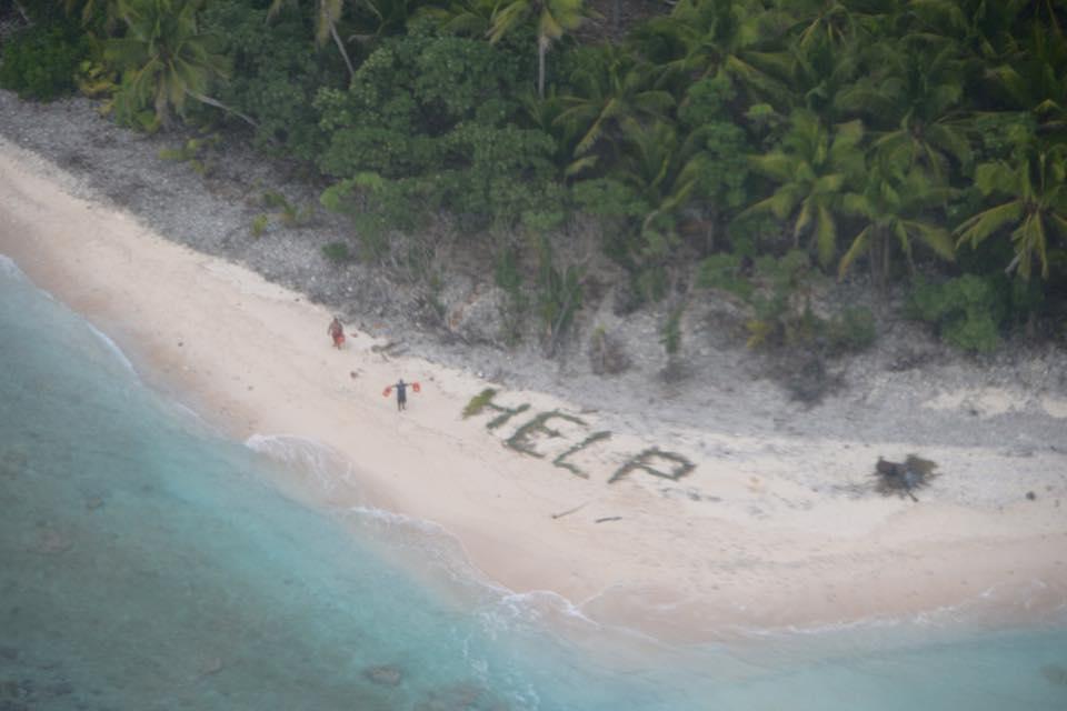 Megmentették a három hajótöröttet, akik pálmafákból rakták ki a homokon, hogy HELP