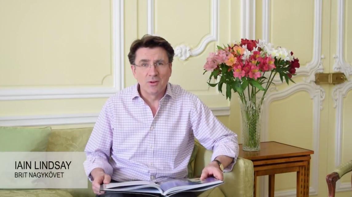 József Attilát olvas a brit nagykövet