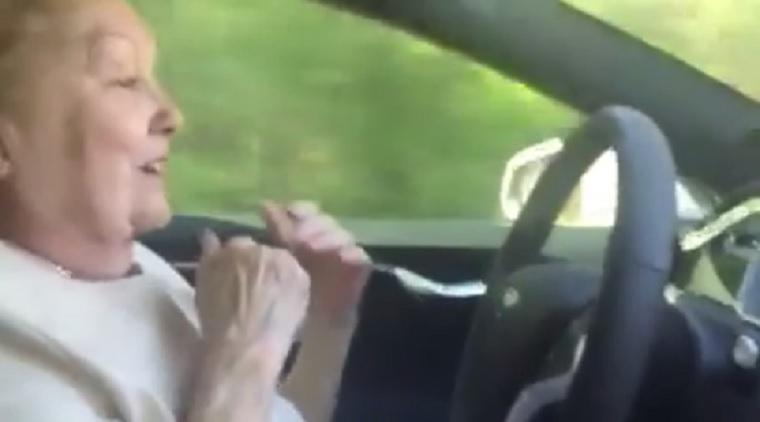 Nézd meg, hogyan reagál ez a nagymama, amikor a Tesla robotpilótája először veszi át tőle a kormányt