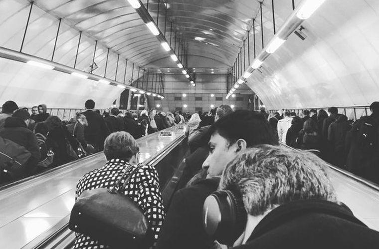 Lázadnak a londoni metró utasai a mozgólépcsőetikett eltörlése ellen