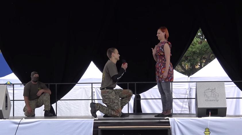 Harcművészeti bemutatón kérte meg barátnője, Bea kezét Tomi, a bátor rendőrfiú