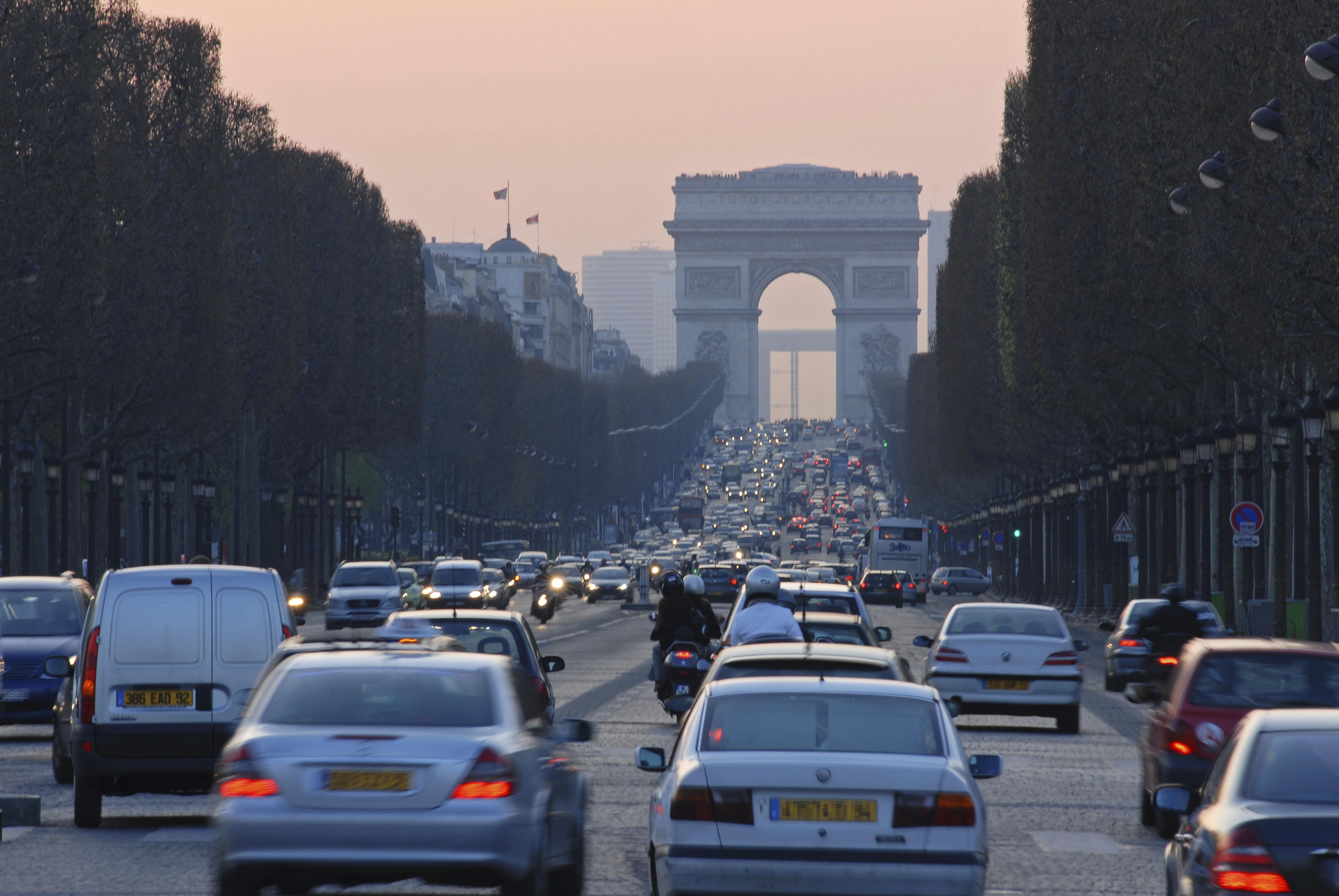 Minden hónapban lesz egy vasárnap Párizsban, amikor kitiltják az autókat a Champs-Élysées-ről
