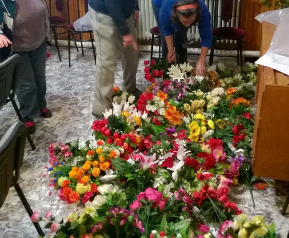 300 csokor művirágot loptak a temetőből