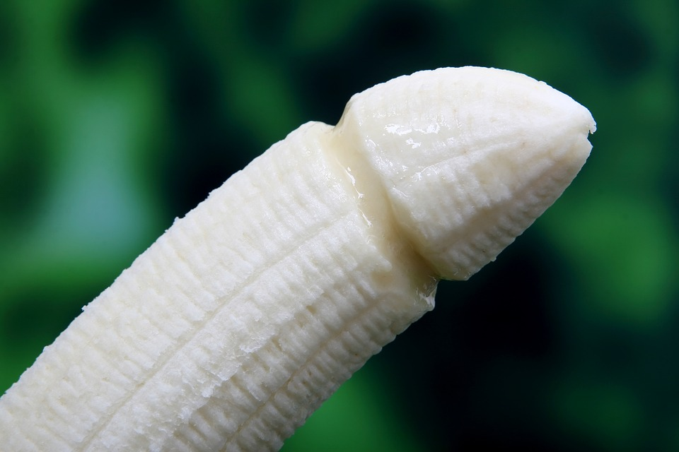 Kínában betiltják az erotikus banánevést