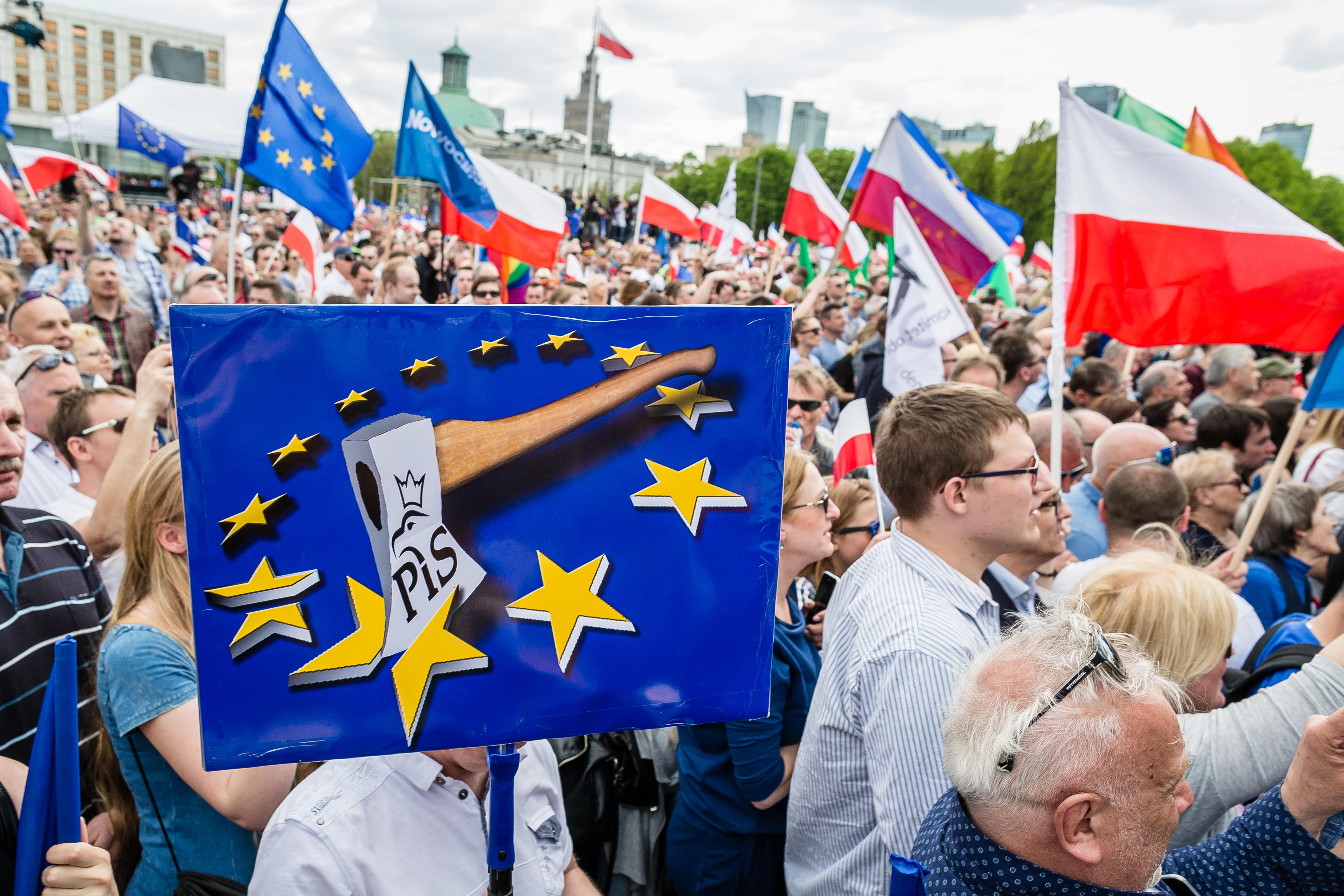 Több tízezres tömegtüntetés volt Varsóban a lengyel kormány ellen és az EU mellett