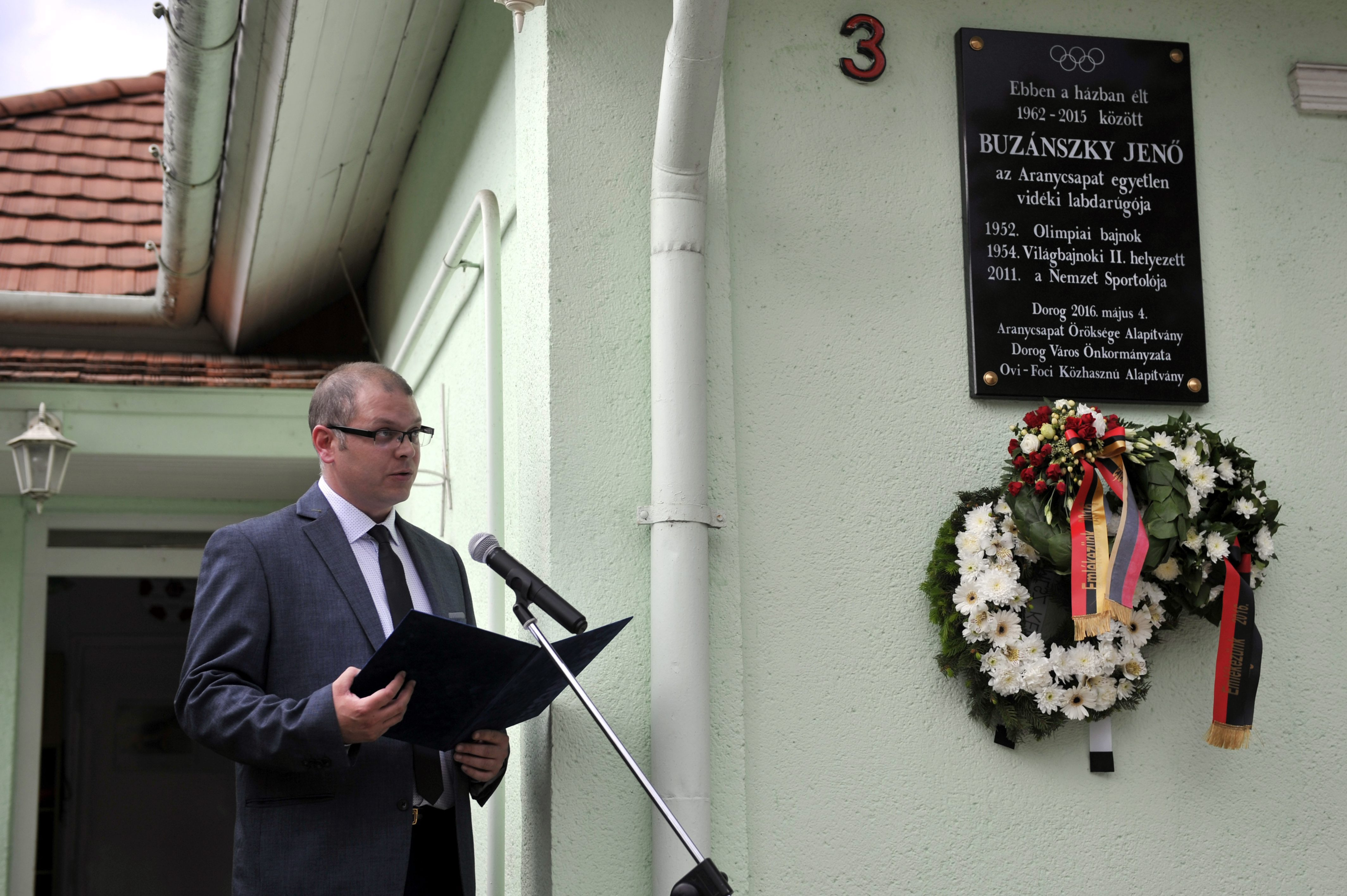 Emléktáblát avattak Buzánszky Jenő dorogi udvarán