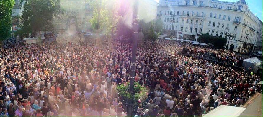 Több száz hallgató ment el a Vörösmarty térre a Budapesti Fesztiválzenekar ingyenes koncertjére, amivel a főváros forráskivonása miatt tiltakoztak