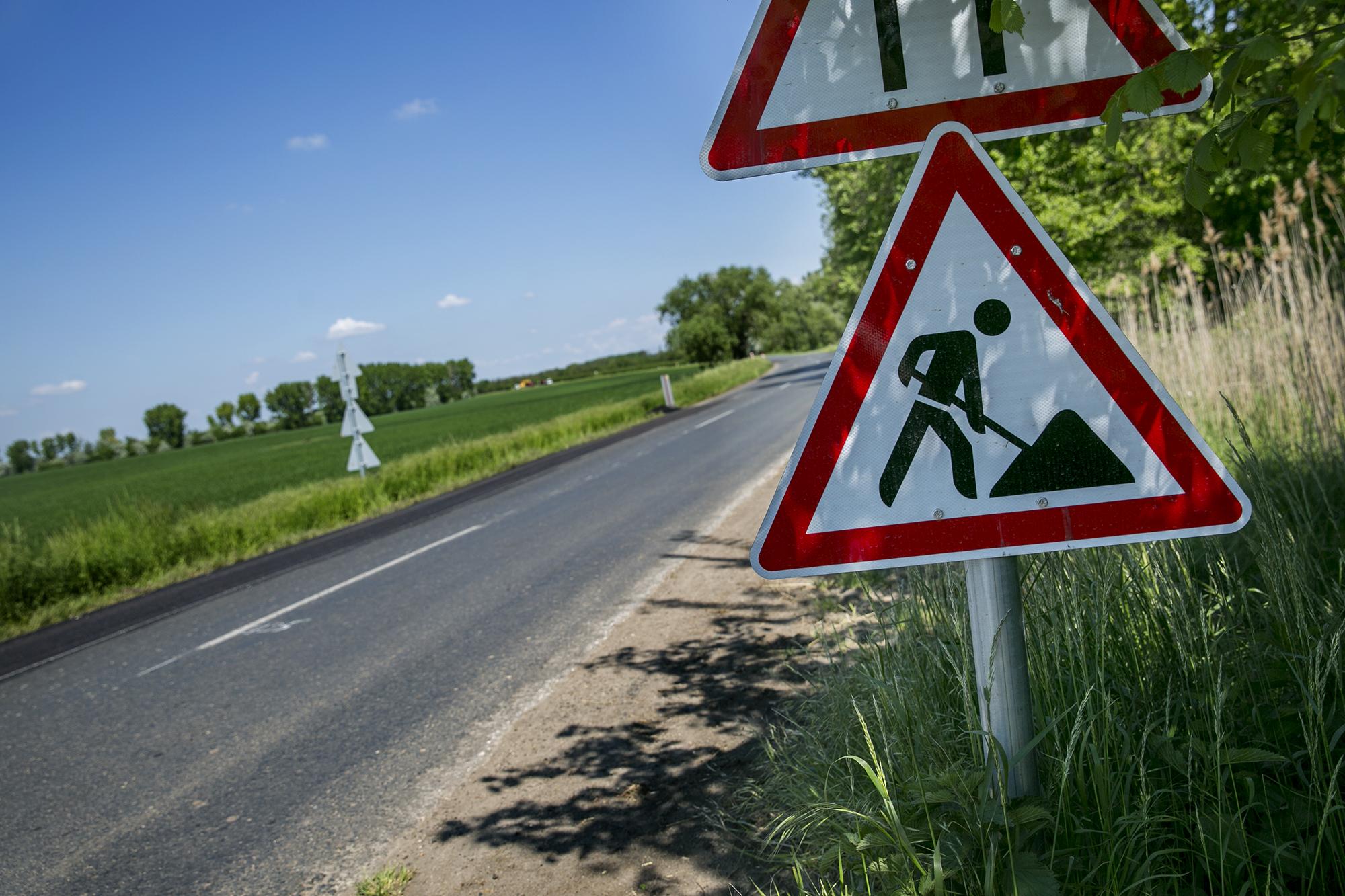 Egy 83 éves sofőr elütött egy láthatósági mellényben Állj! feliratú táblát lóbáló forgalomirányítót egy útépítés közepén