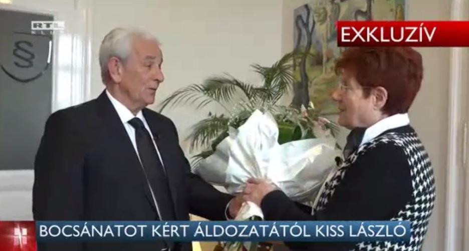 Kiss László és Gyárfás Tamás egy-egy csokor virággal kértek bocsánatot az áldozattól