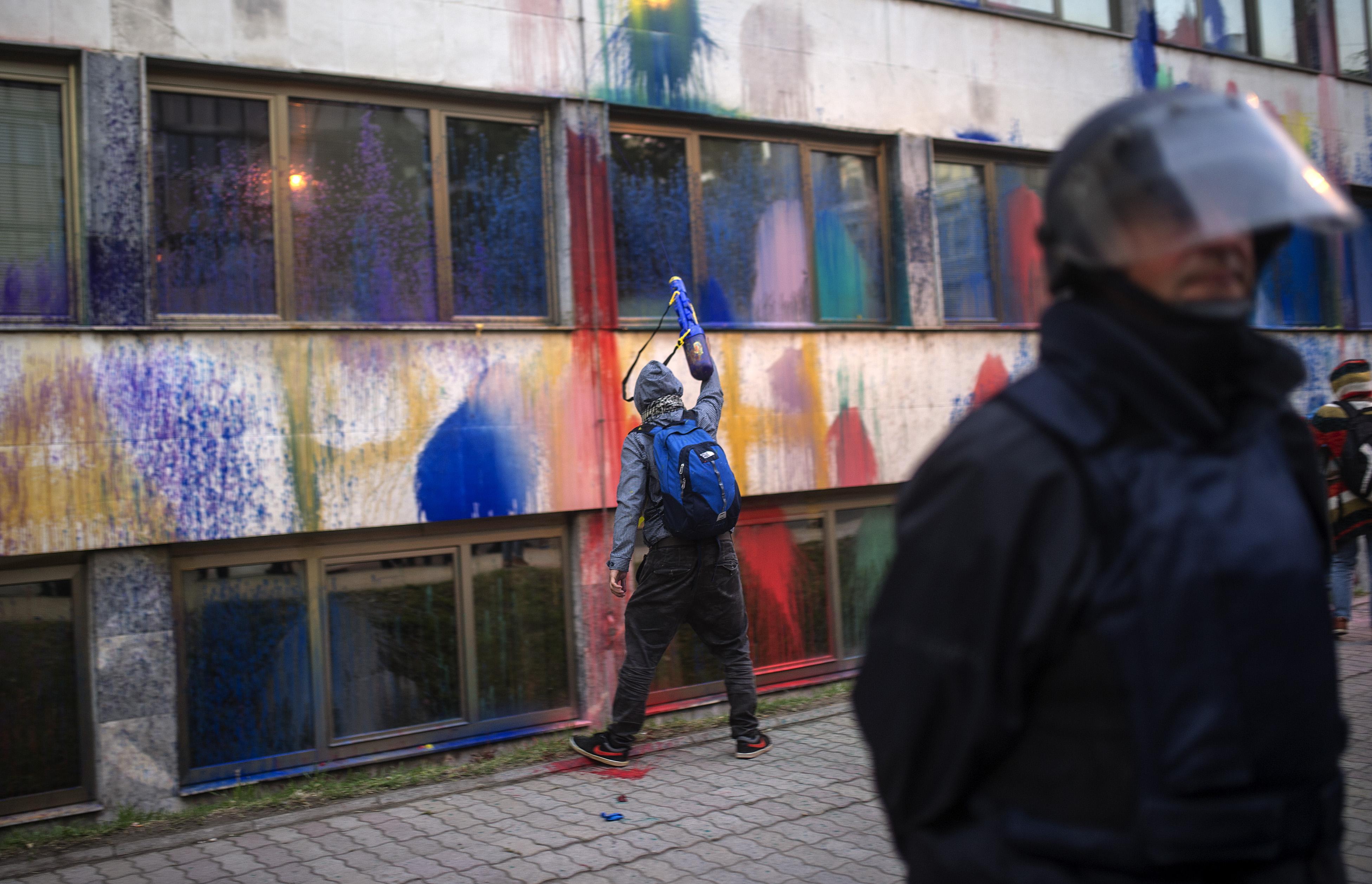 Festékbombákkal akarják elkergetni a kormányt Macedóniában