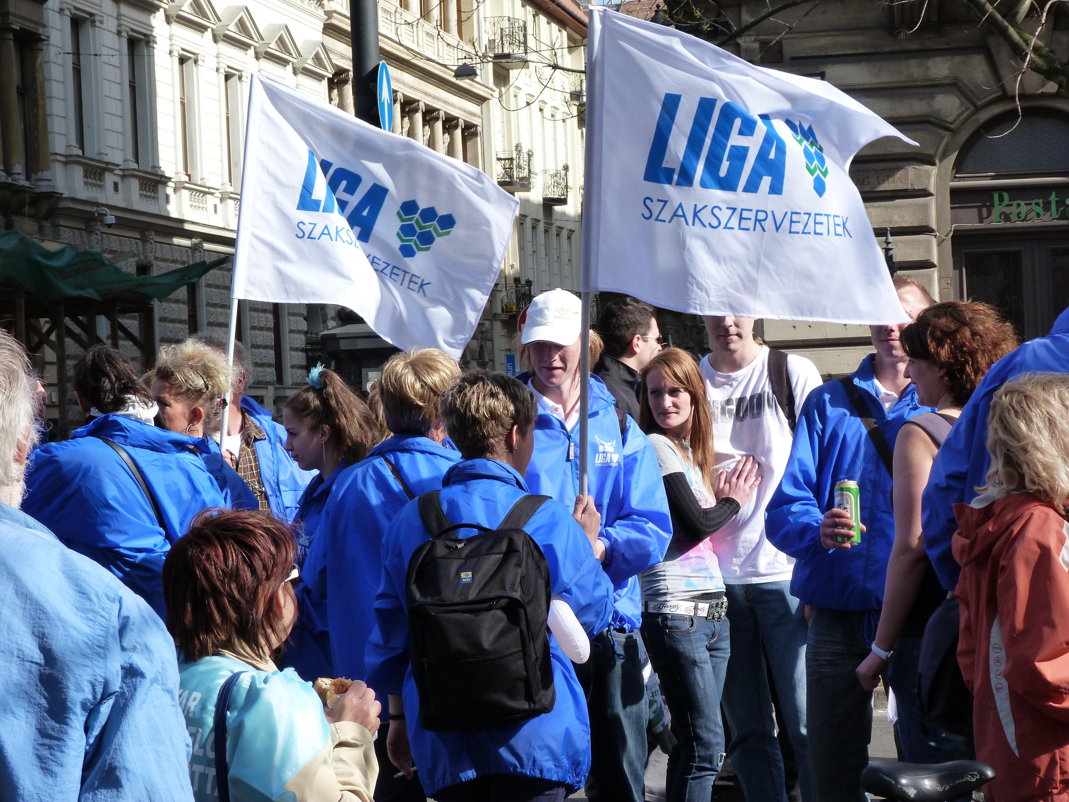 Két szakszervezeti szövetség elfogadja, egy kevesli a kormány minimálbér ajánlatát