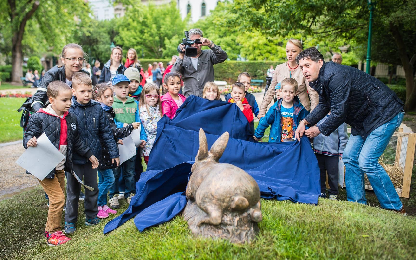 Szentgyörgyvölgyi polgármester nyúlszobrot avatott