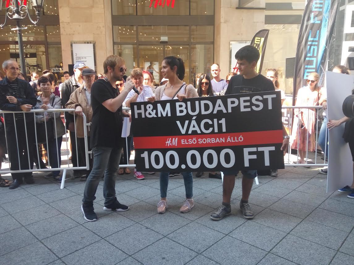 Tegnap délután egy óta várakozott a legelszántabb vásárló a H&M új üzlete előtt a Váci utcában