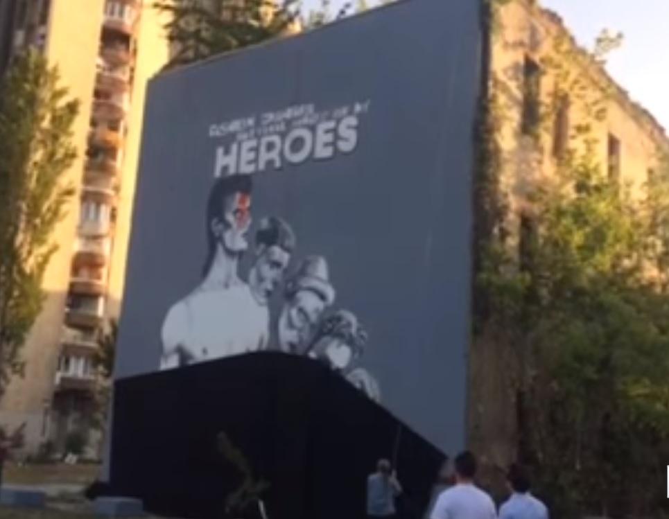 Akkora freskót kapott Bowie Szarajevóban, mint egy ház