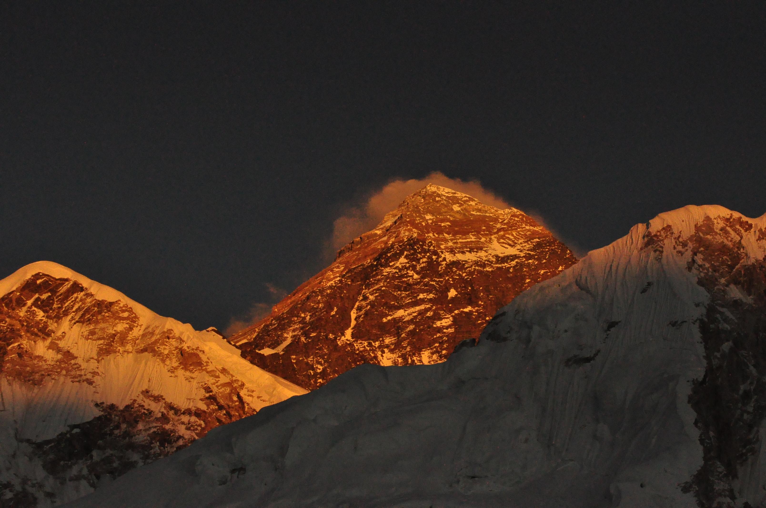 Több mint 400 ember mászta meg az Everestet tavasszal