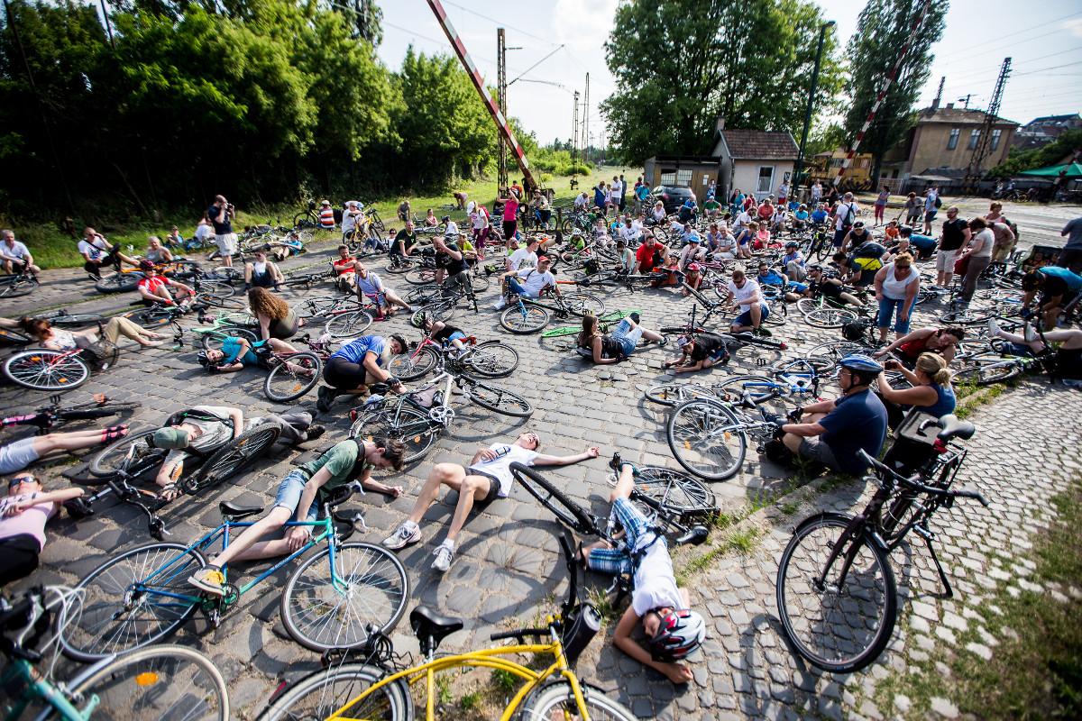 Rákosrendező a legnagyobb rendező: tüntetőleg tömeges kerékpárbalesetet játszottak el a biciklisek