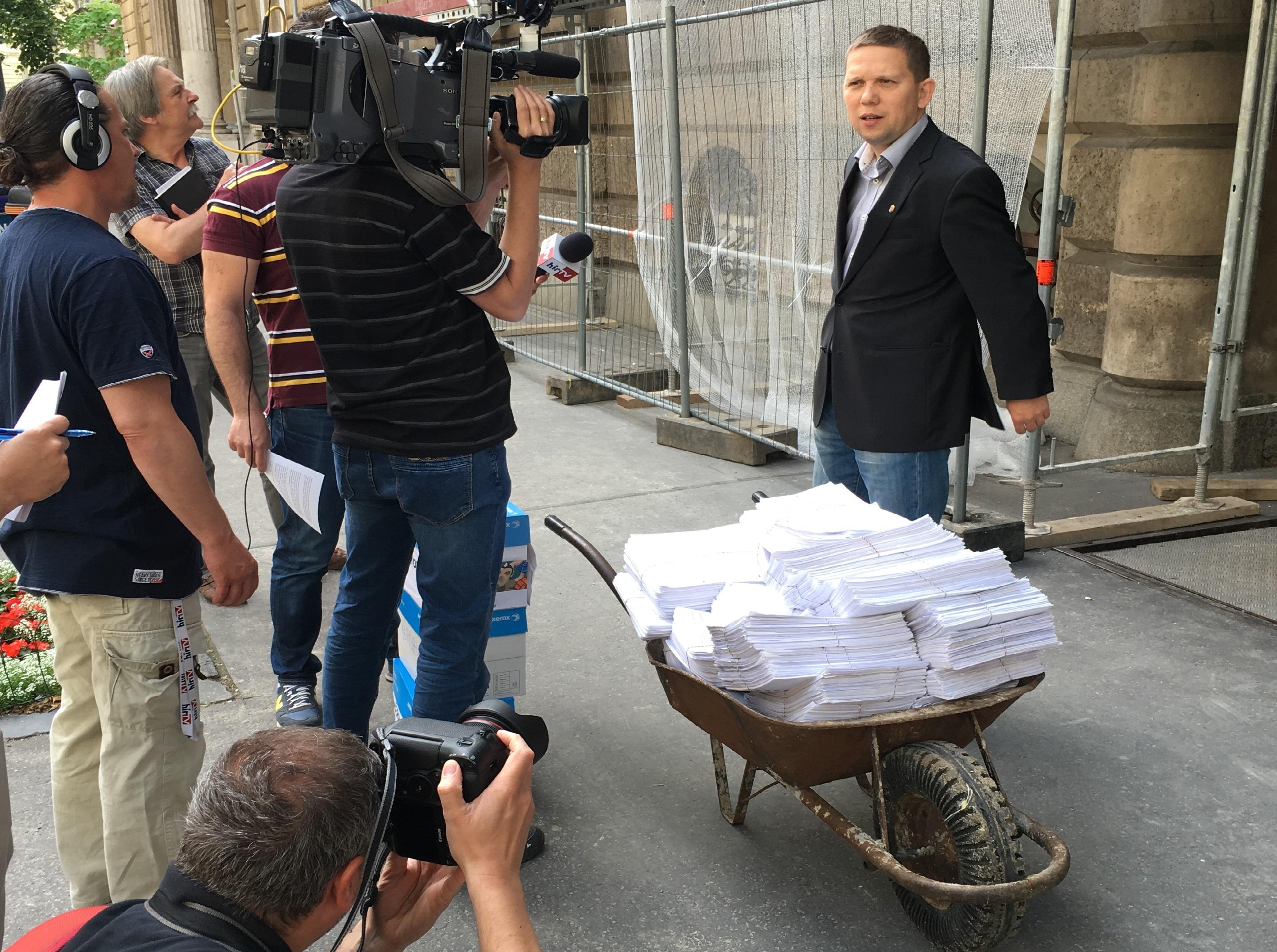 Kész Zoltán leadott 190 ezer aláírást a bérplafonos népszavazásért