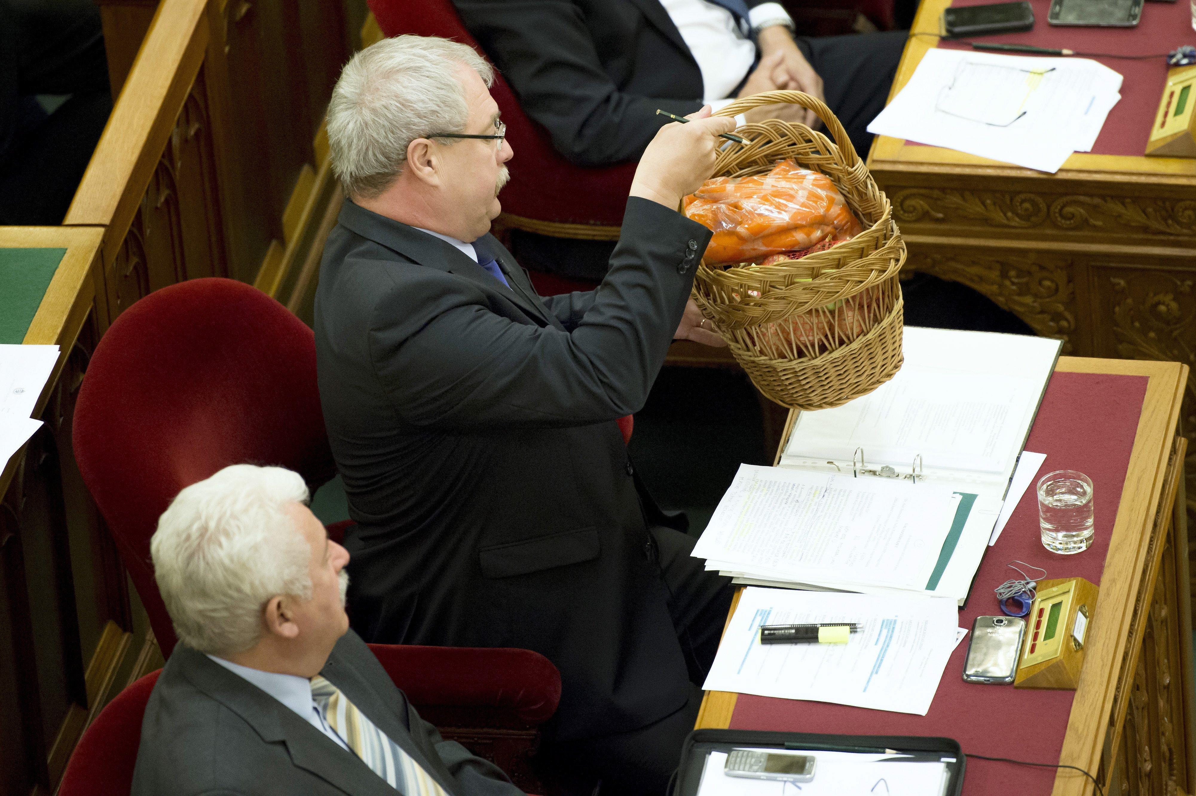 Fazekas Sándor a parlamentben beszélt arról, milyen jól végezte a munkáját a vízumgyáros Kiss Szilárd