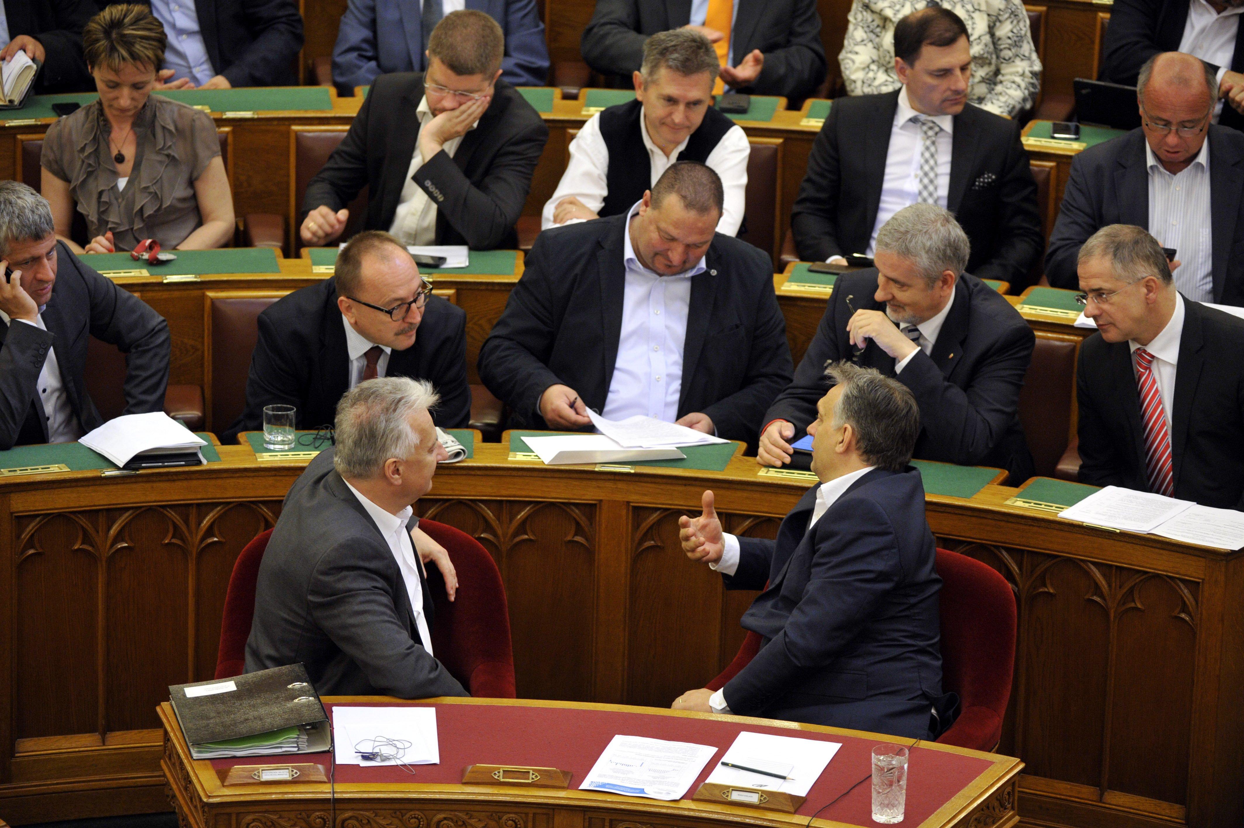 Azok a régi szép idők, amikor a Fidesz istenítette a most álcivillé minősített szervezeteket