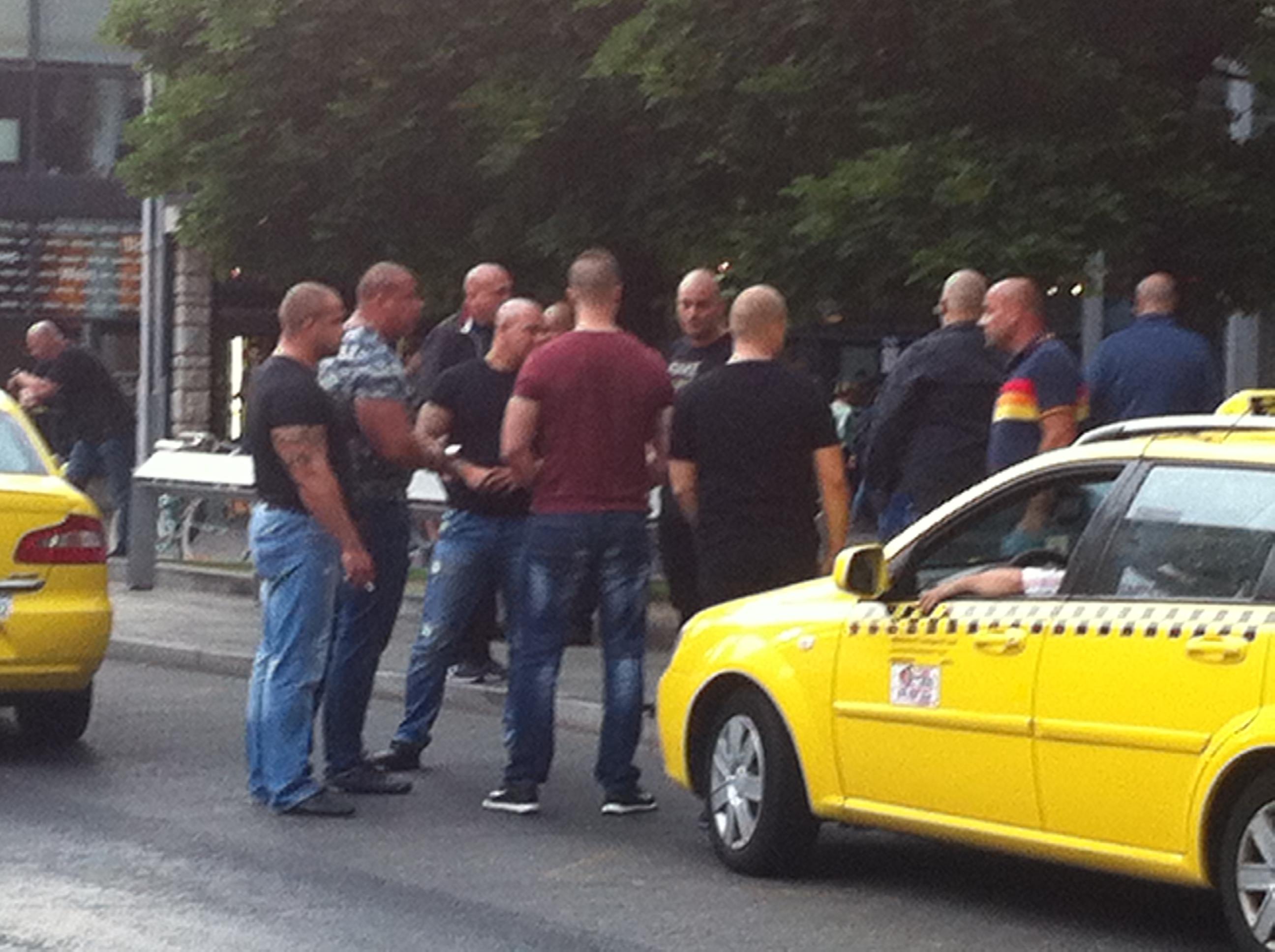 Taxitársaságok háborújában vethették be a Választási Iroda kopaszait tegnap este az Erzsébet téren
