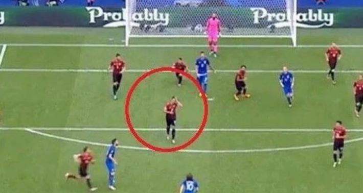 Épp a haját igazgatta a török játékos, ezért tudott gólt lőni Luka Modric