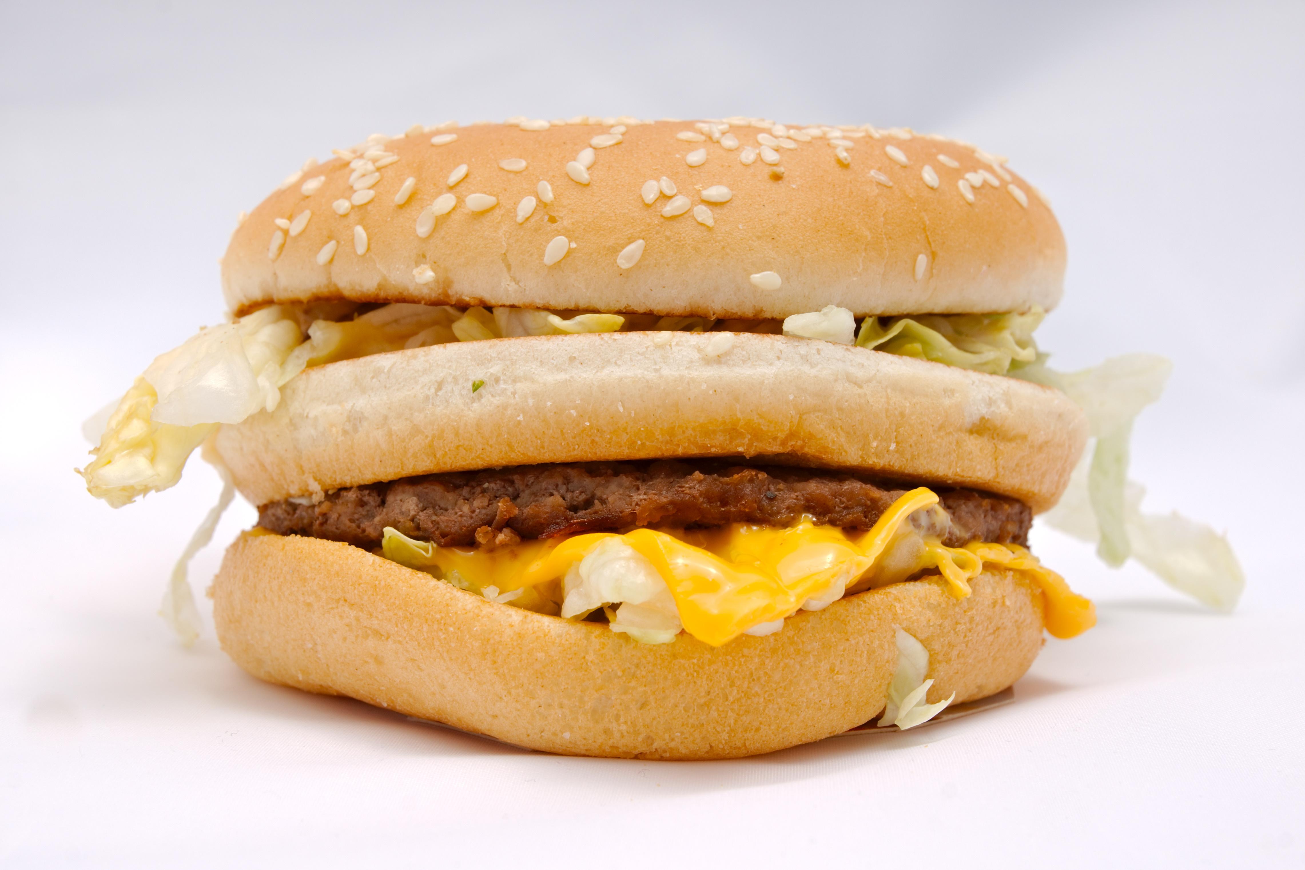 Egy órát mosogatsz egy magyarországi McDonald's-ban. Hány Big Macet tudsz venni a fizetésedből?