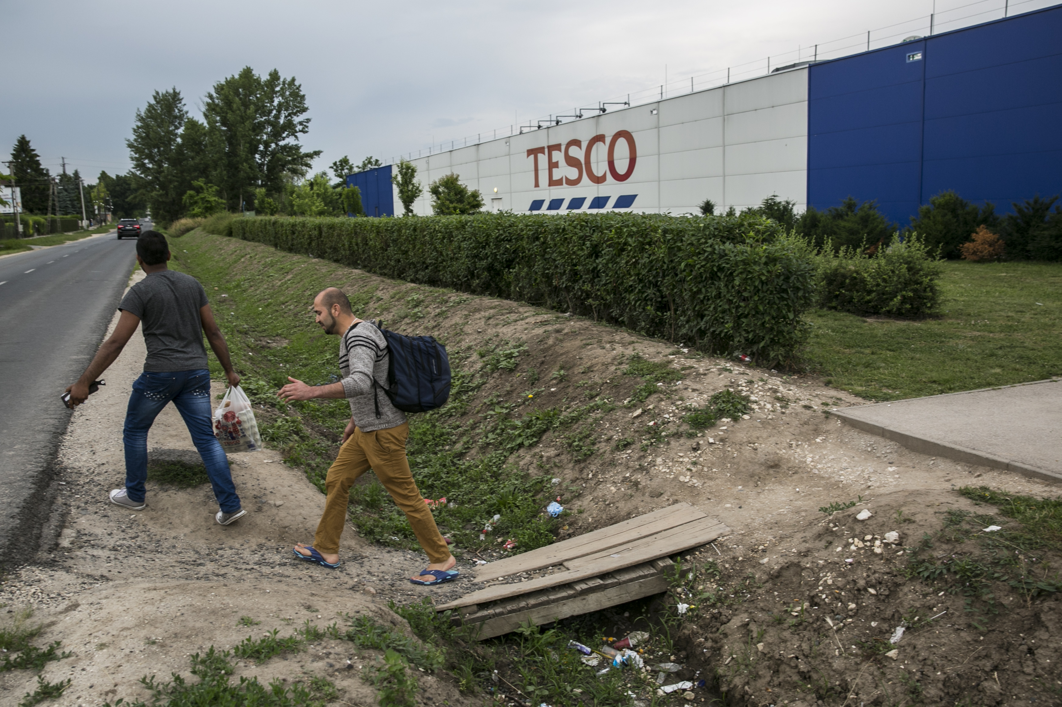 Bevásárlókocsikkal torlaszolnák el a dolgozók a Tescókat