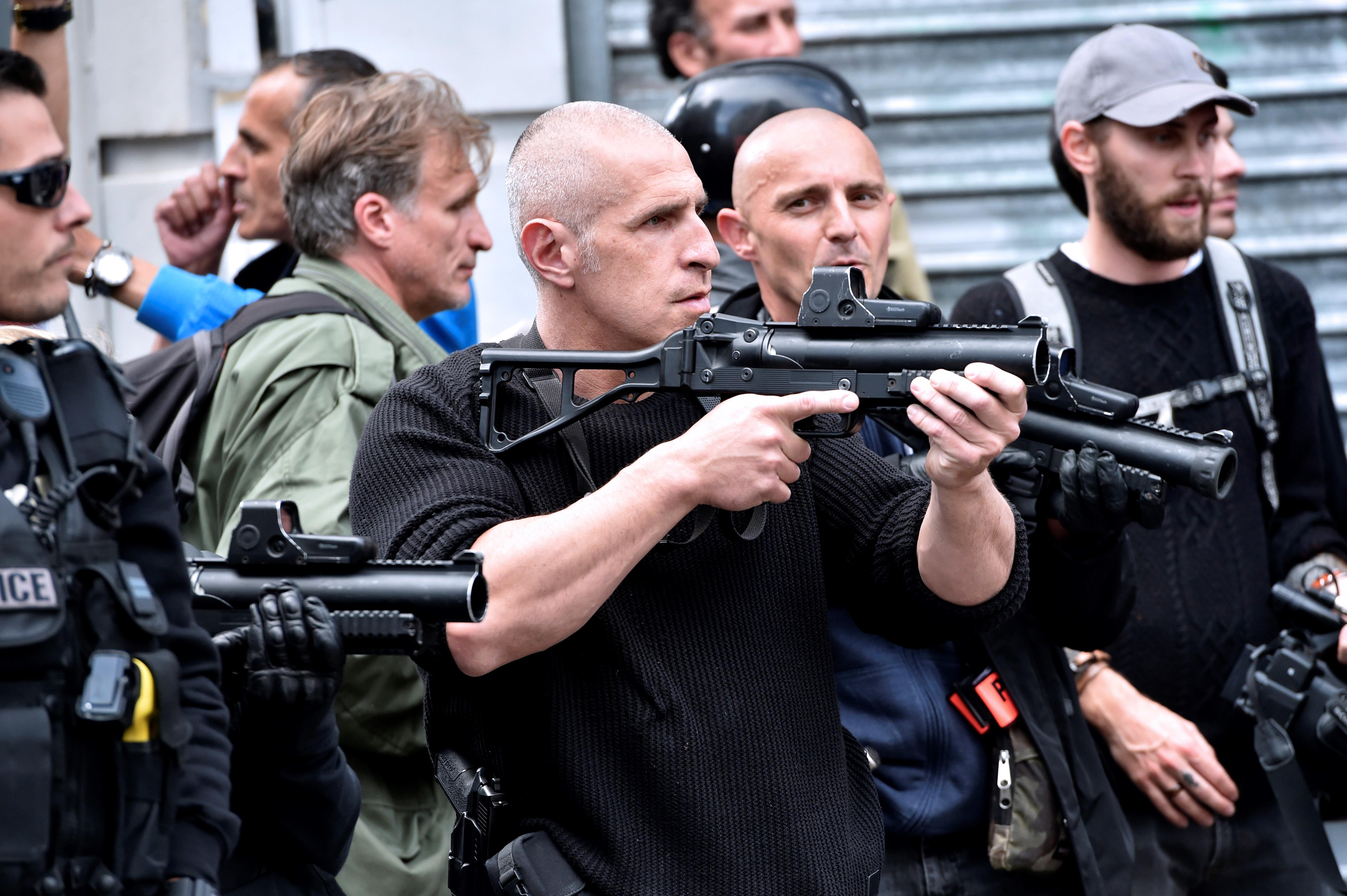 Könnygázzal oszlatja a francia rendőrség az orosz és angol ultrákat