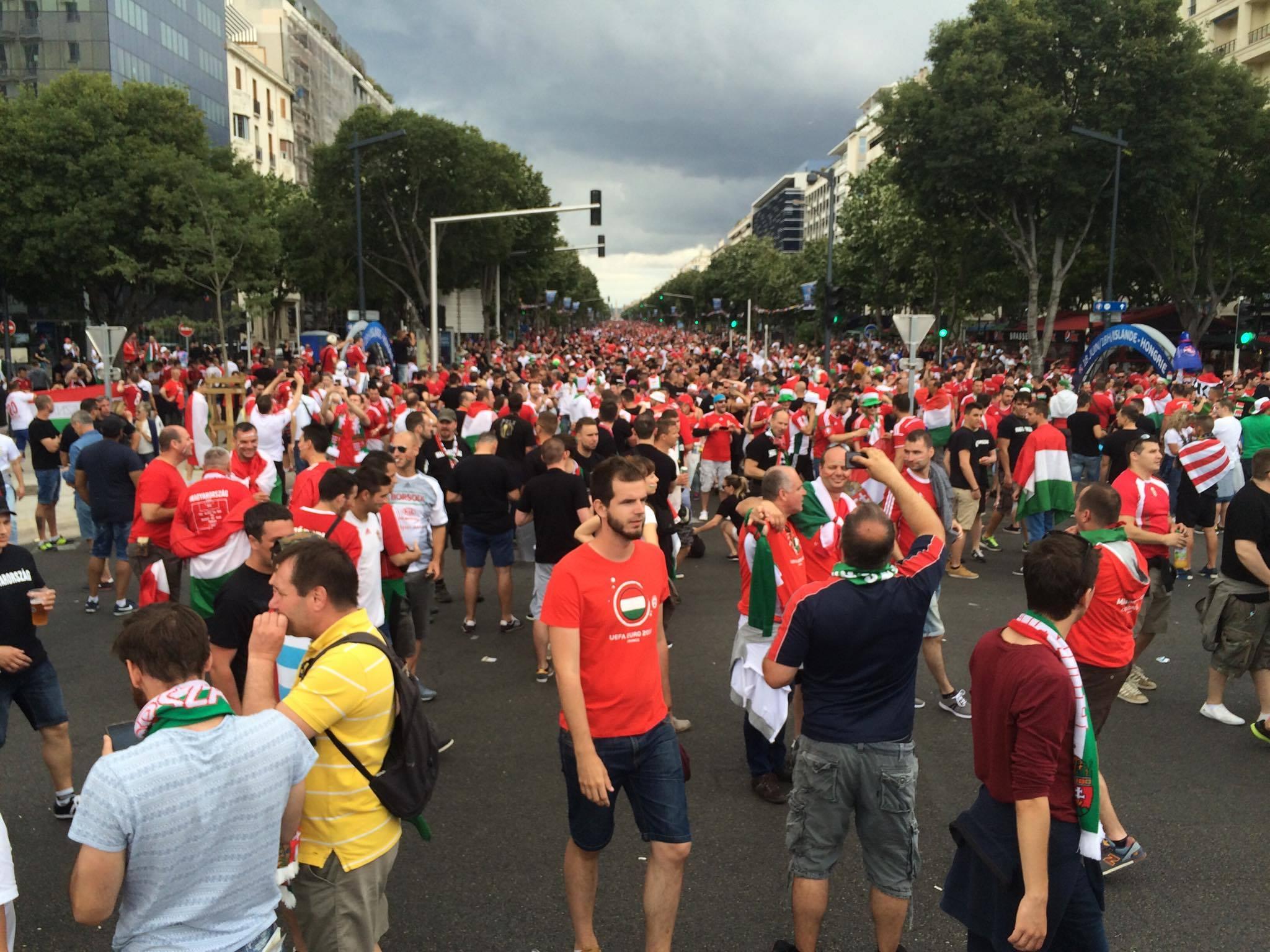 Annyi a magyar szurkoló Marseille-ben, hogy nem is látni a tömeg végét