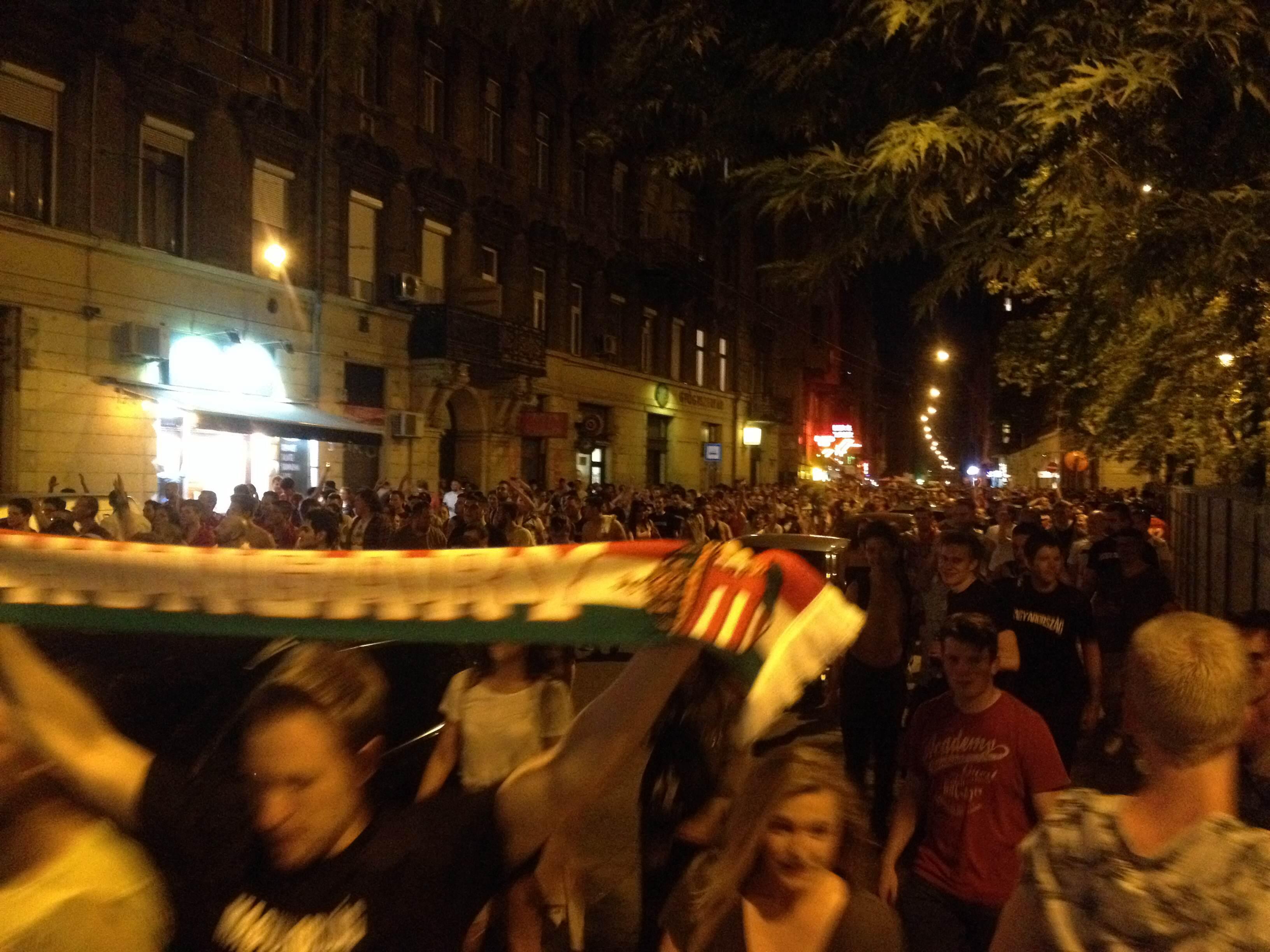Ezrek hömpölyögnek a Wesselényi utcában