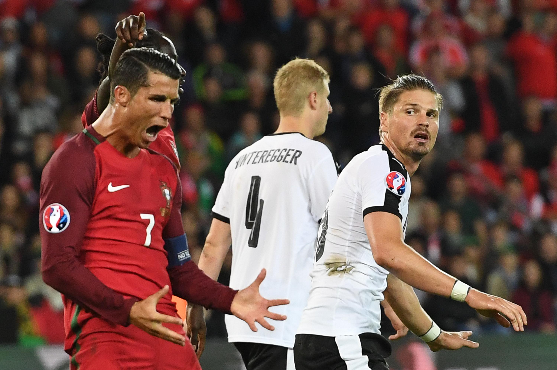 A lelkileg megújult Ronaldo idegességében behajította az őt kérdező riporter mikrofonját egy tóba
