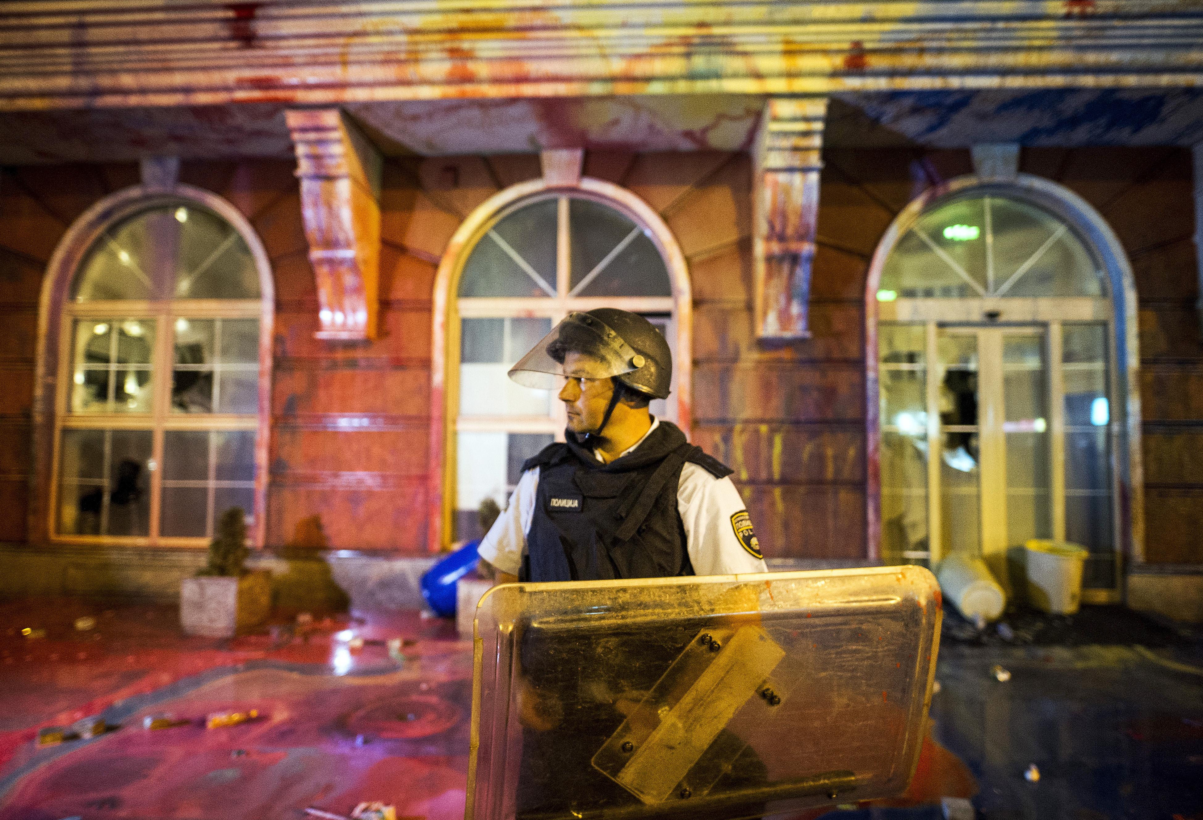 Már törnek a minisztériumi ablakok a macedón korrupcióellenes tüntetésen