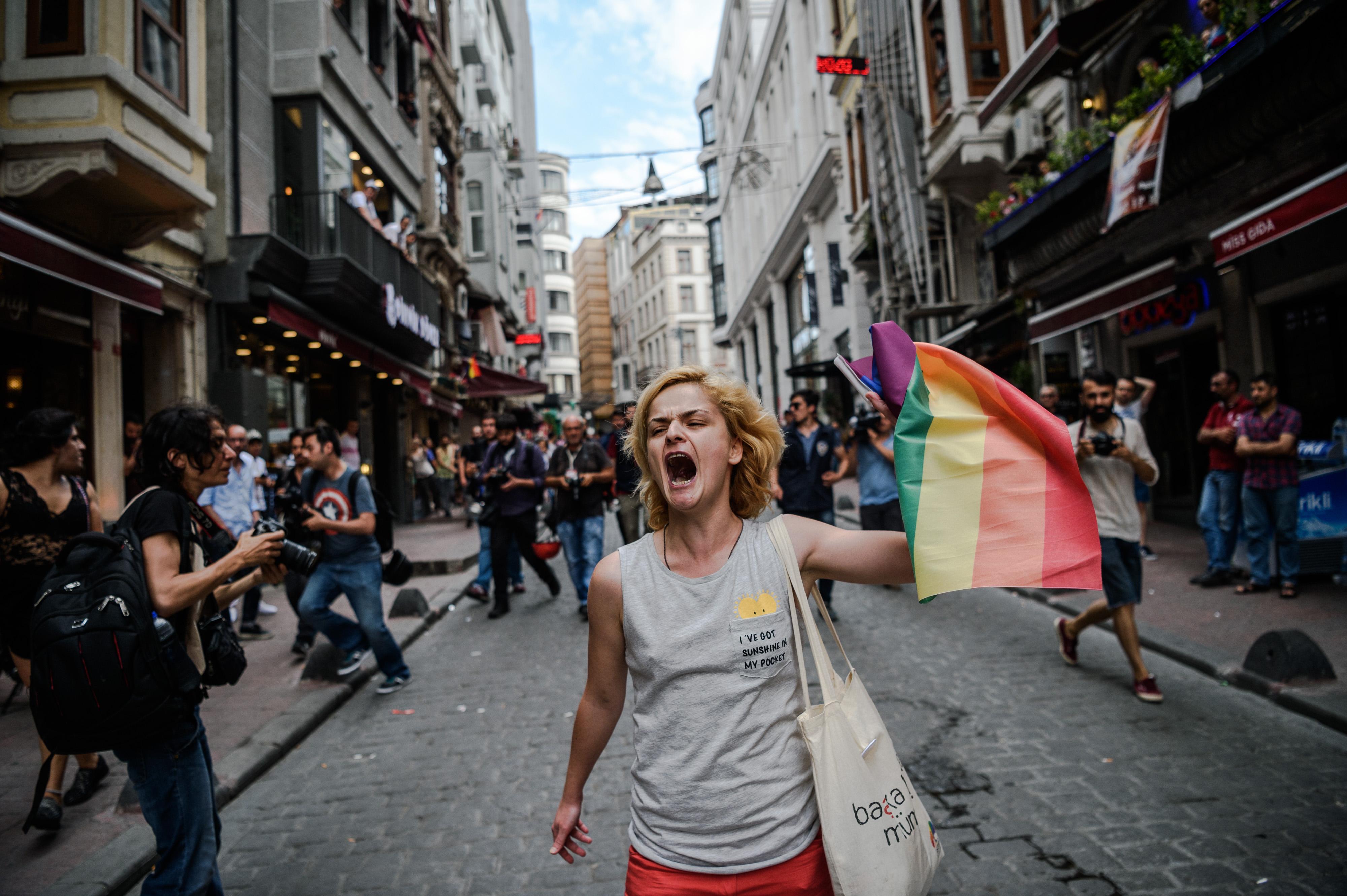 Egy német parlamenti képviselőt is őrizetbe vettek a feloszlatott isztambuli melegfelvonuláson