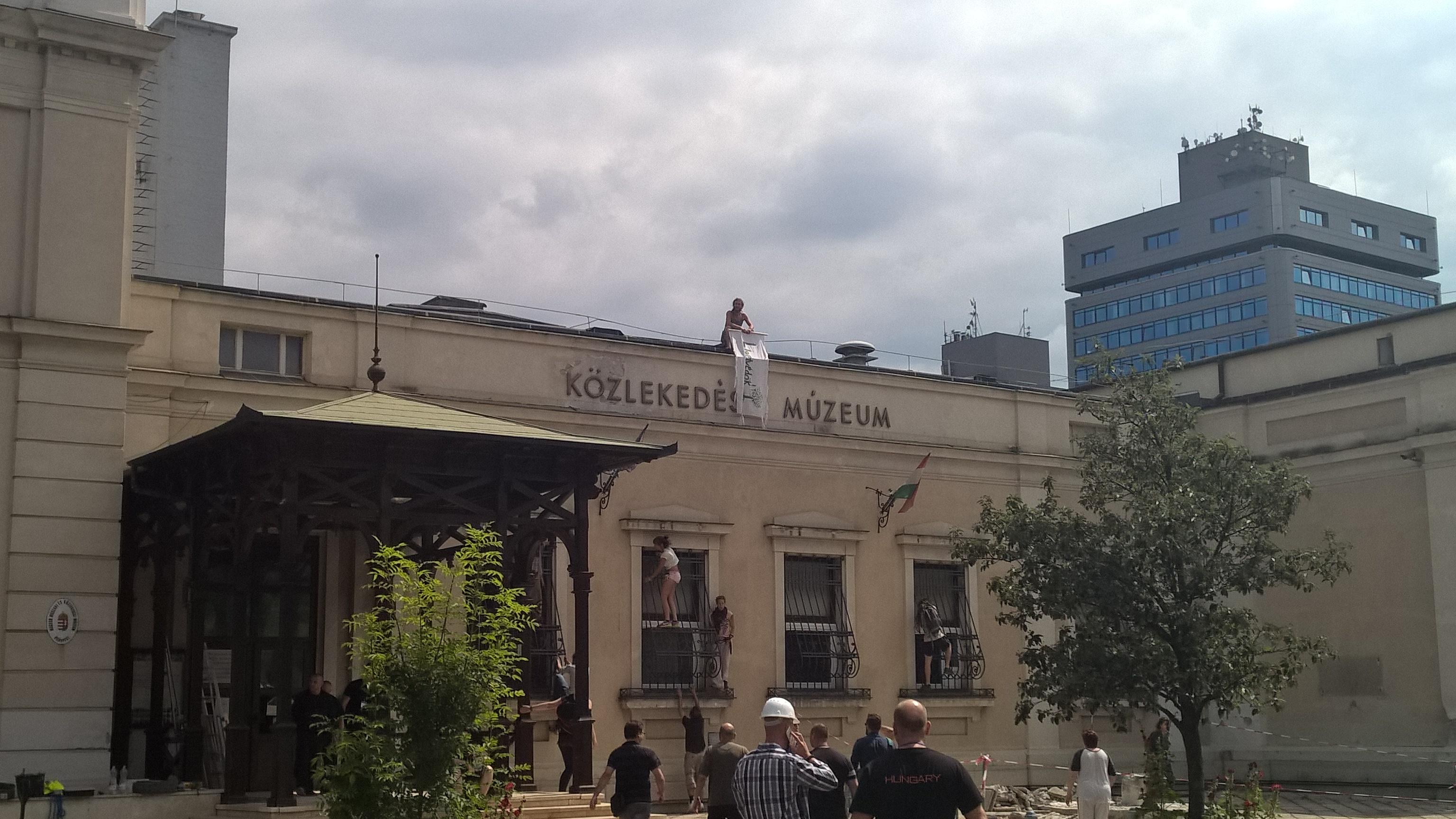 A rendőrség viszi el a Ligetvédőket a múzeum épületétől