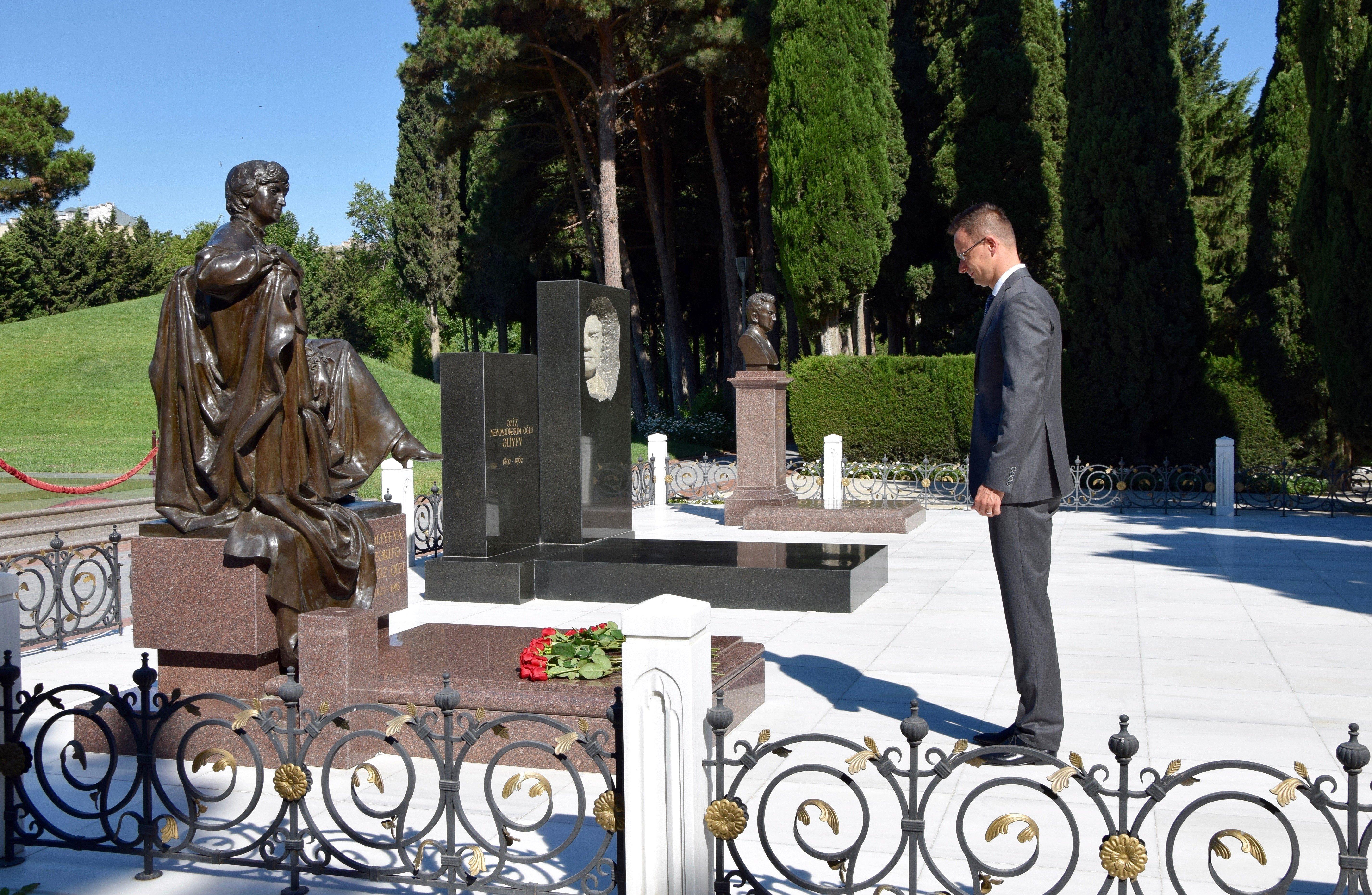 Szijjártó Azerbajdzsánban fejet hajtott a Hősök Emlékművénél