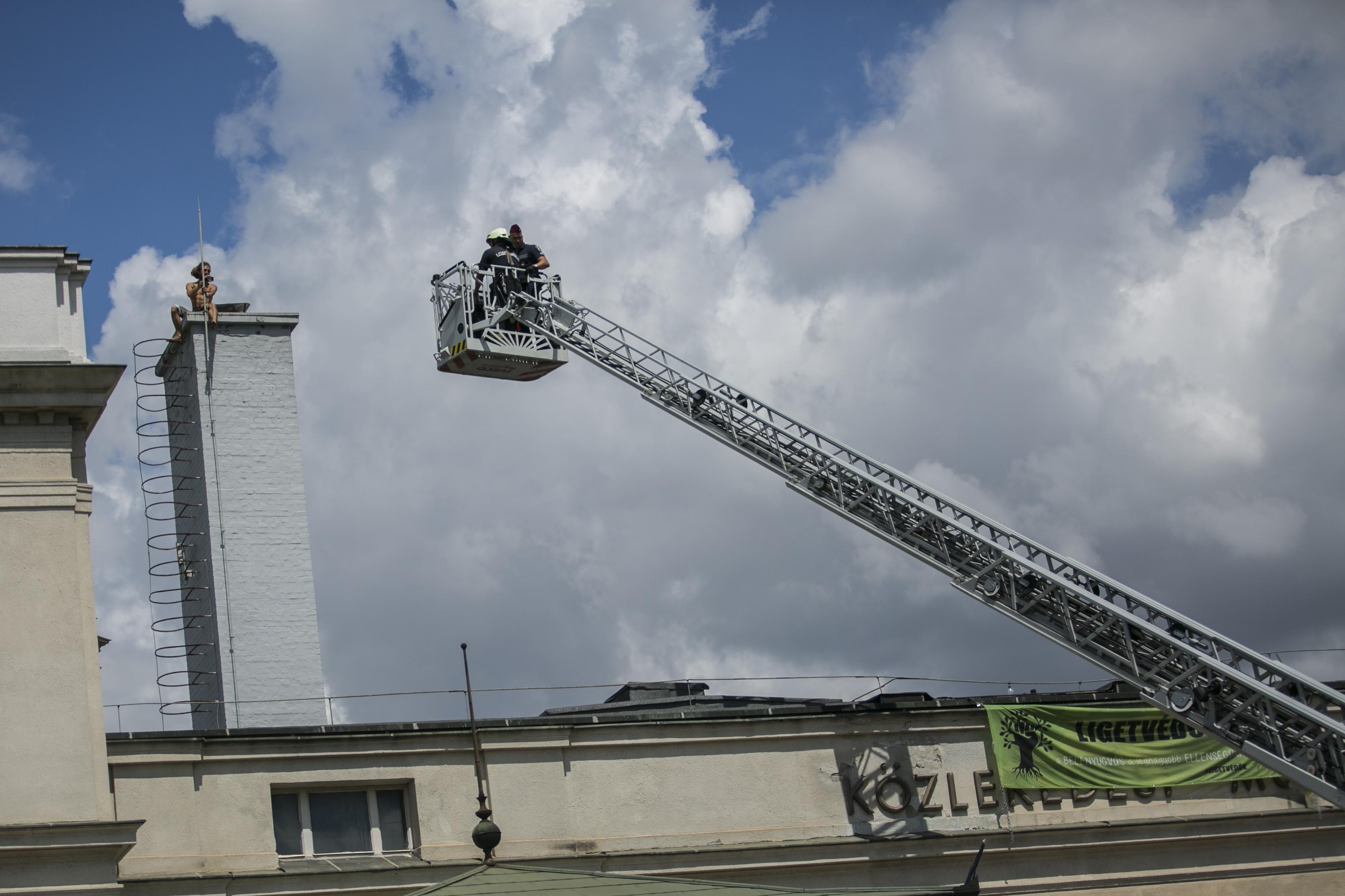 Csak másnap dél körül engedték ki a Közlekedési Múzeum tetejére felmászó ligetvédőt a zárt osztályról