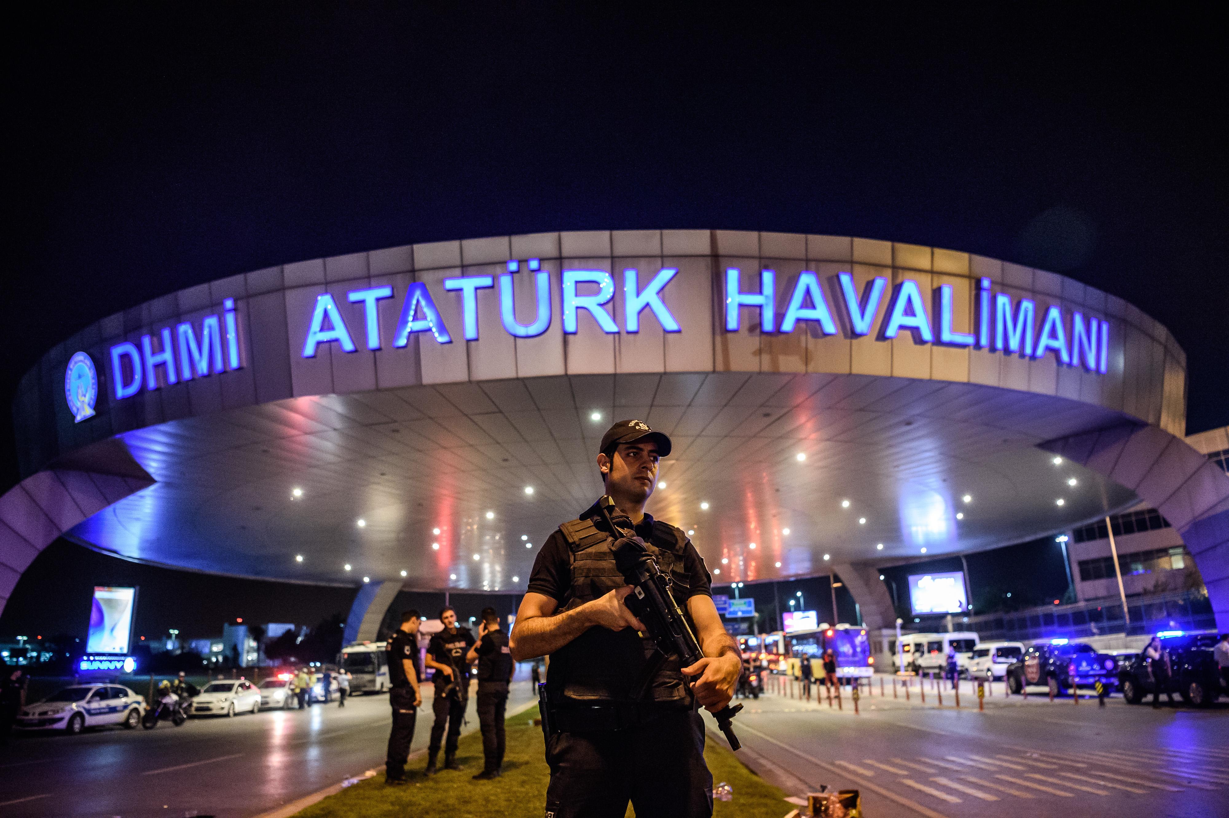 A török kormány szerint az Iszlám Állam robbantott az isztambuli reptéren