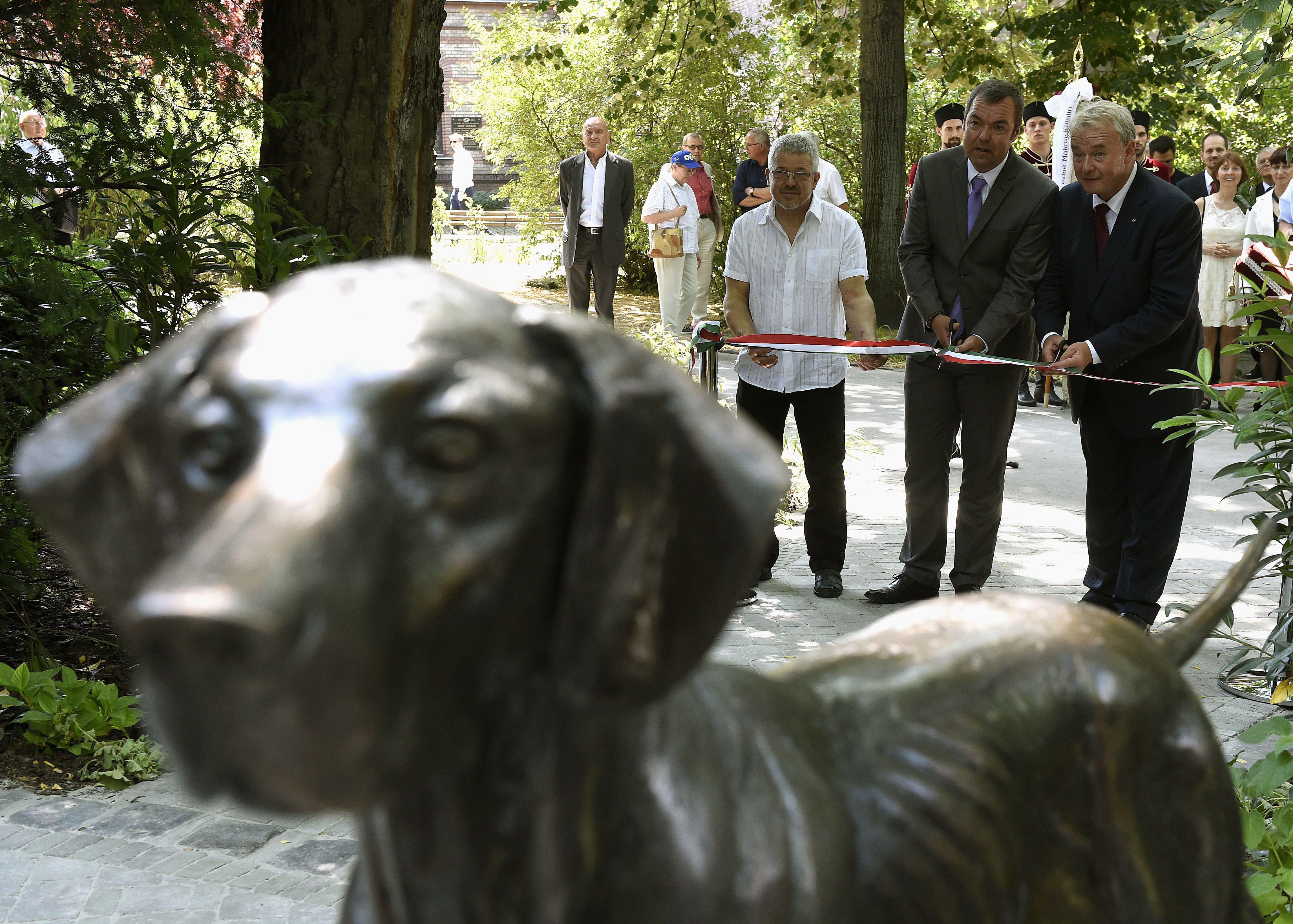 L. Simon felavatta a magyar őshonos fajtájú kutyák bronszobrait