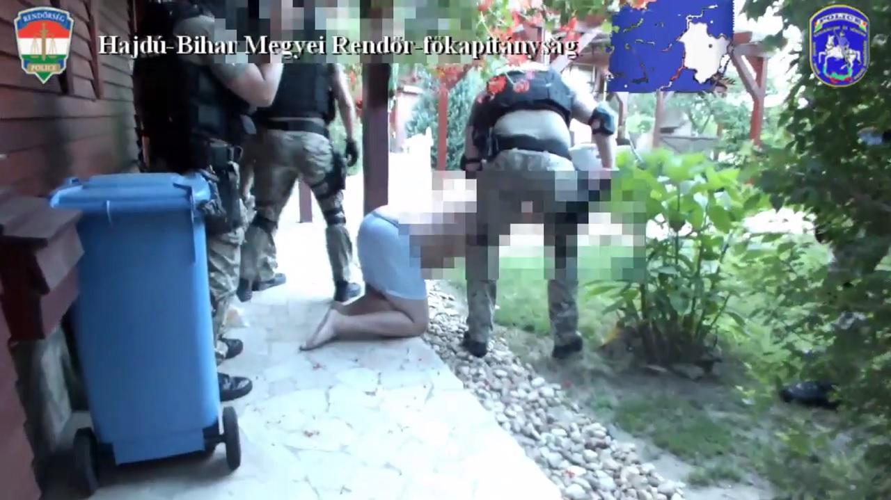 Rátörtek a rendőrök az alsónadrágos füvesre, és lenyomták a földre