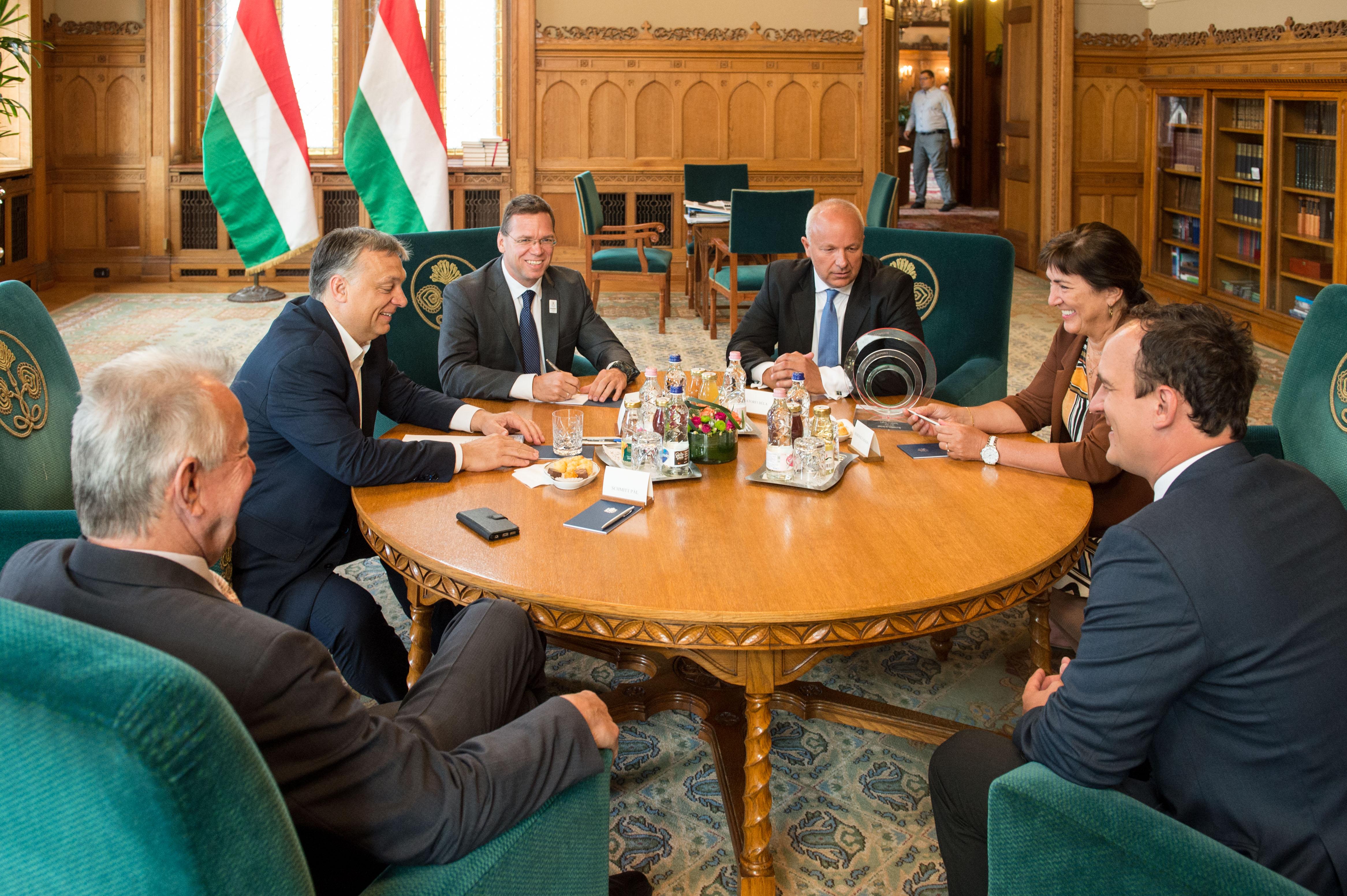 Orbán Viktor a Parlamentben fogadta a fogorvosát