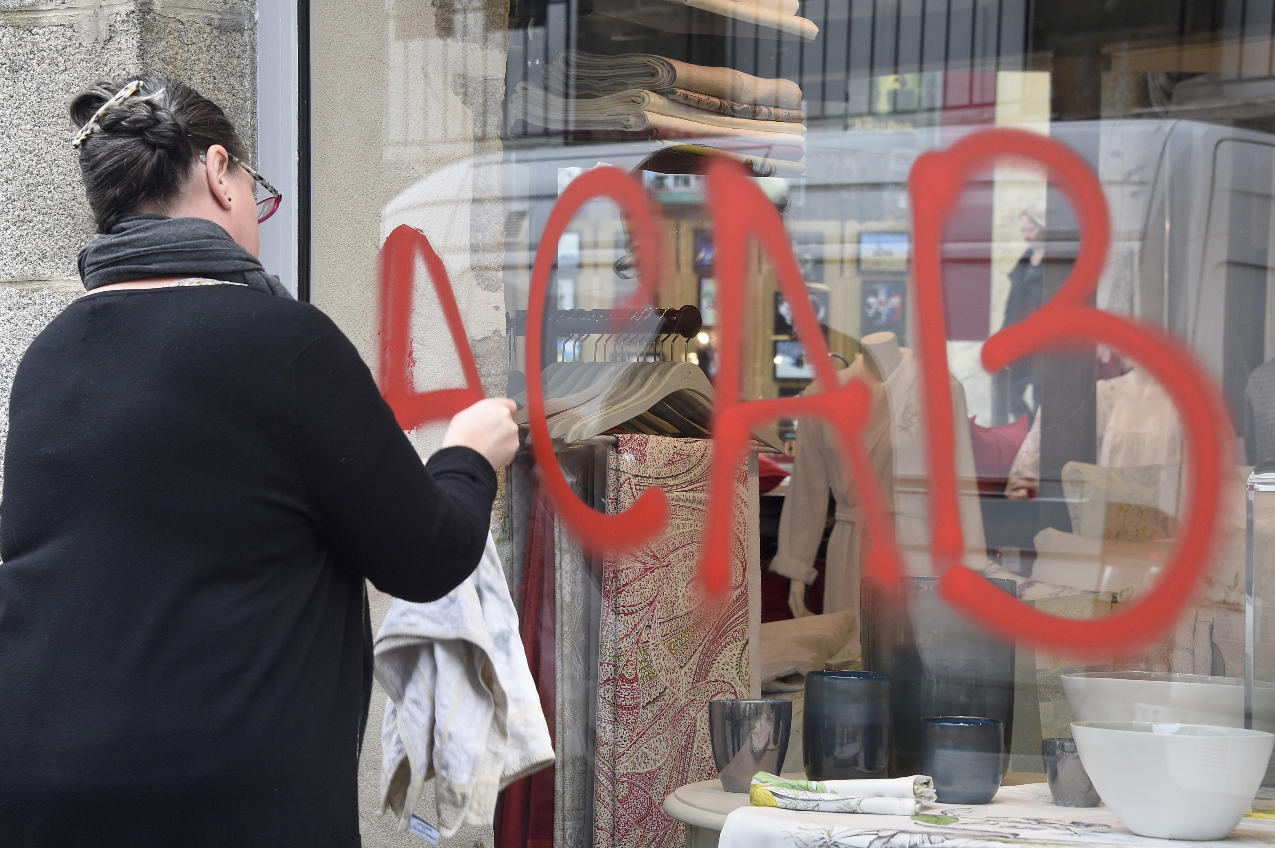 László minden héten rajzolt valami ocsmányságot fodrásza ablakára