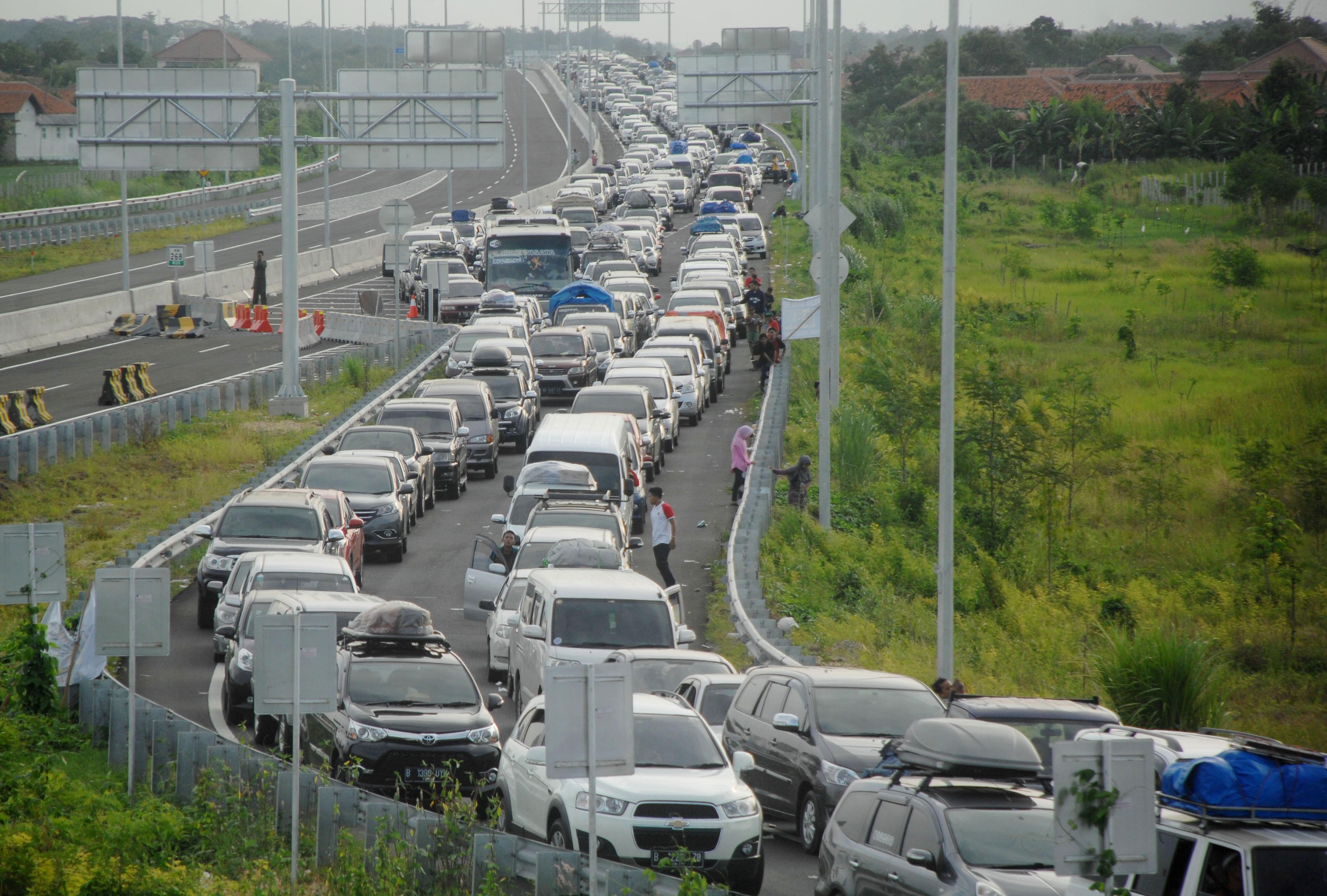 Egy tucat halálos áldozatot követelt Indonézia legnagyobb dugója