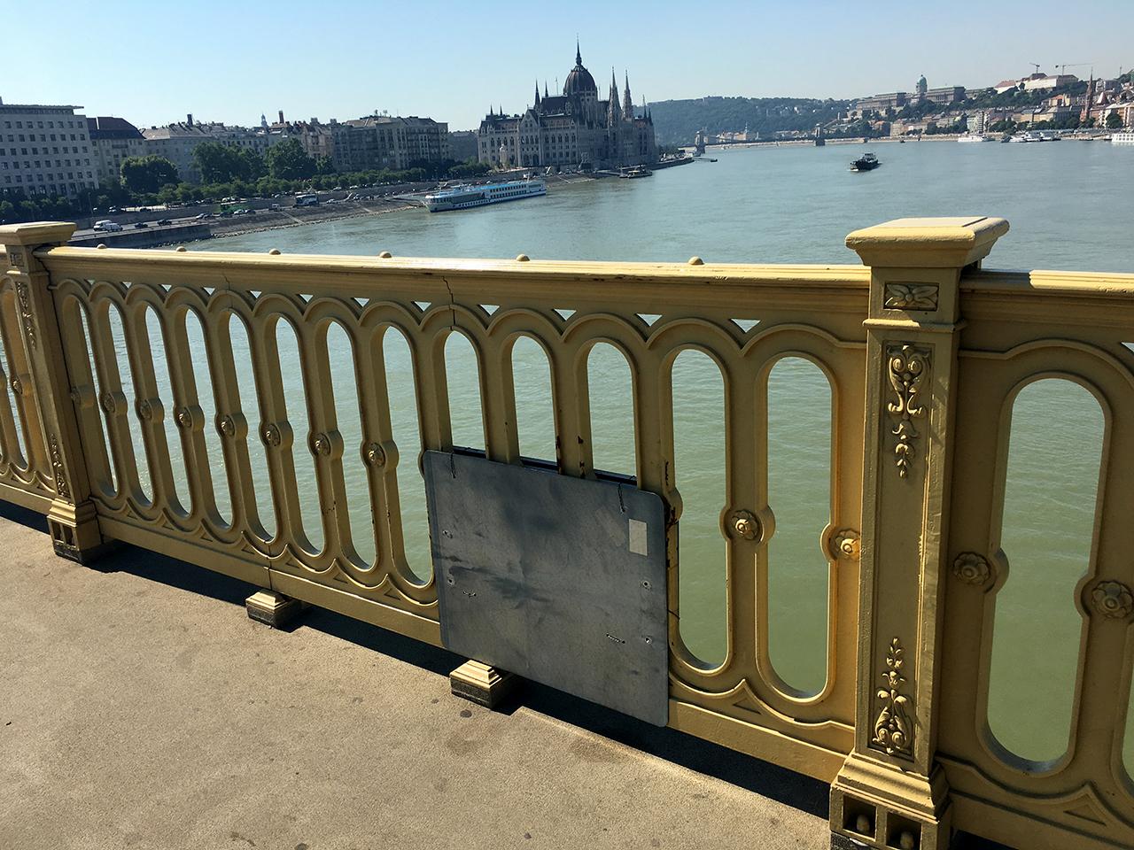 Az egész világon egyedülálló, kézműves mestermegoldással sikerült pótolni a Margit híd korlátjának hiányzó darabját