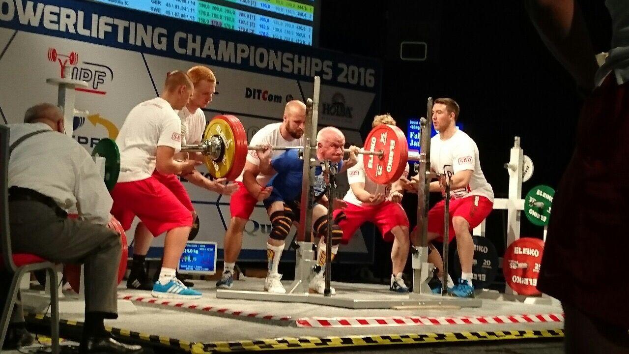 A 71 éves Fábri János guggolásban 214 kilós világrekordot ért el