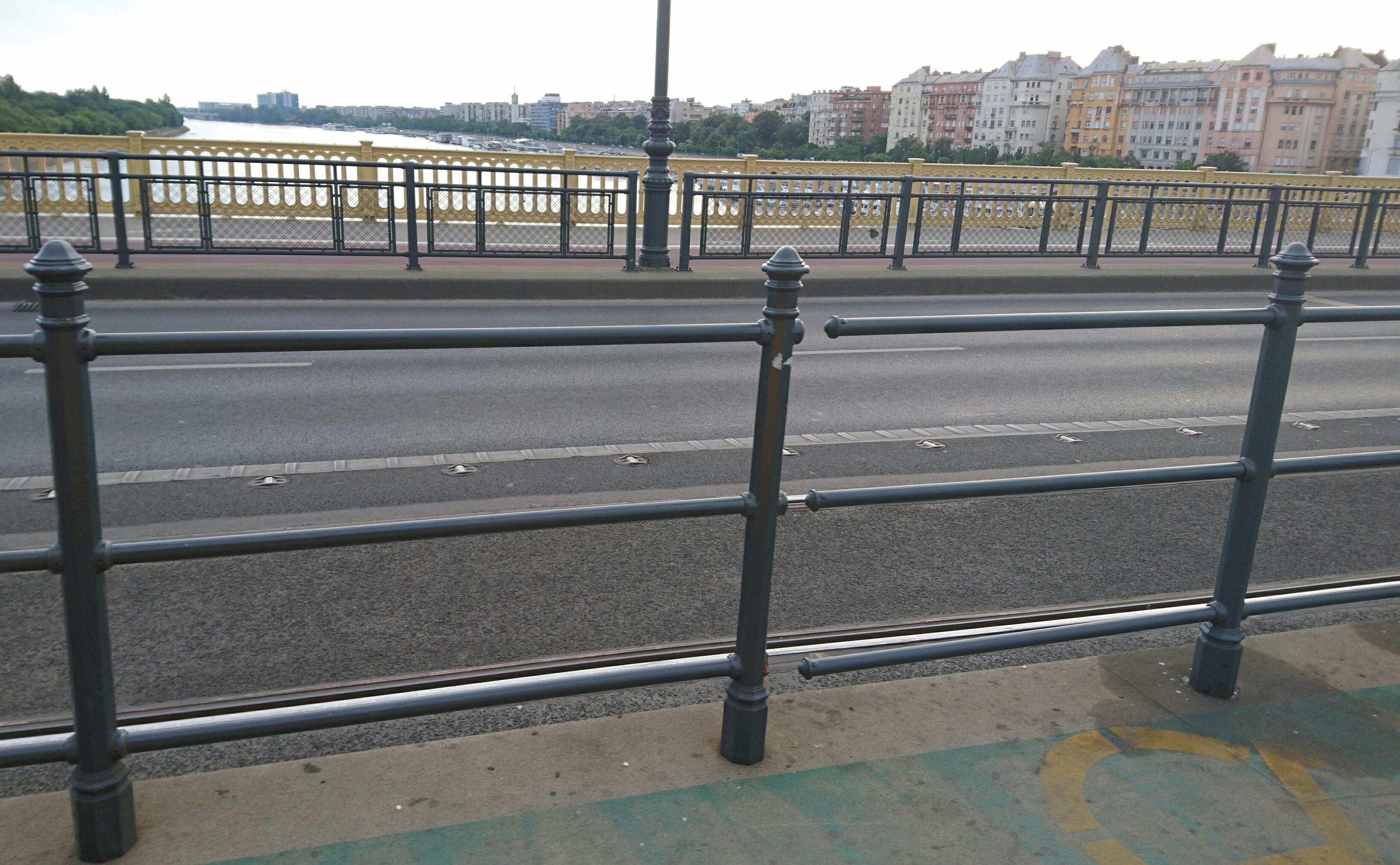 Ami a Margit hídon van, az már nem is javítás, hanem kortárs művészet