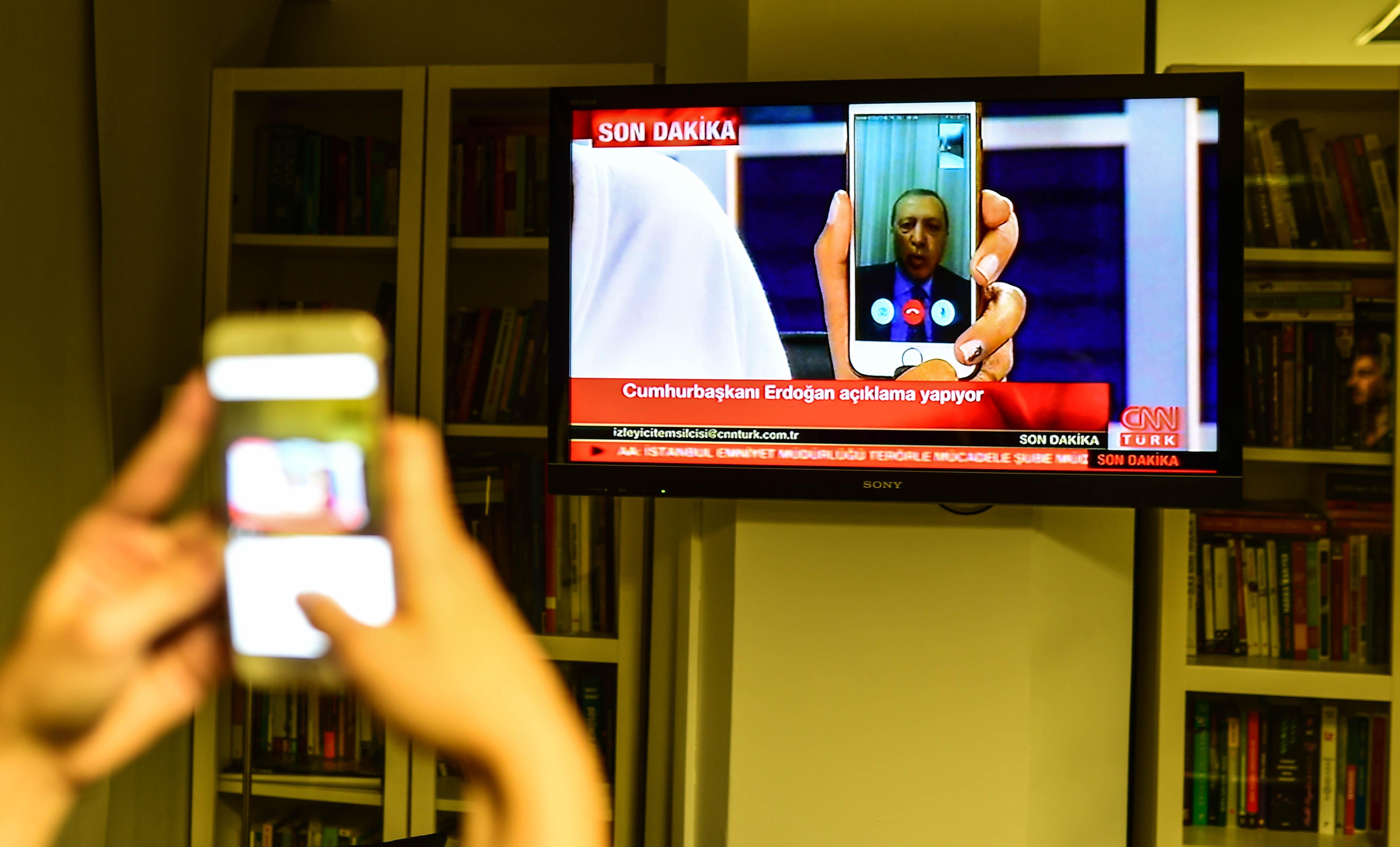 Erdogan hatalmas lendülettel tisztogat a bukott puccs után