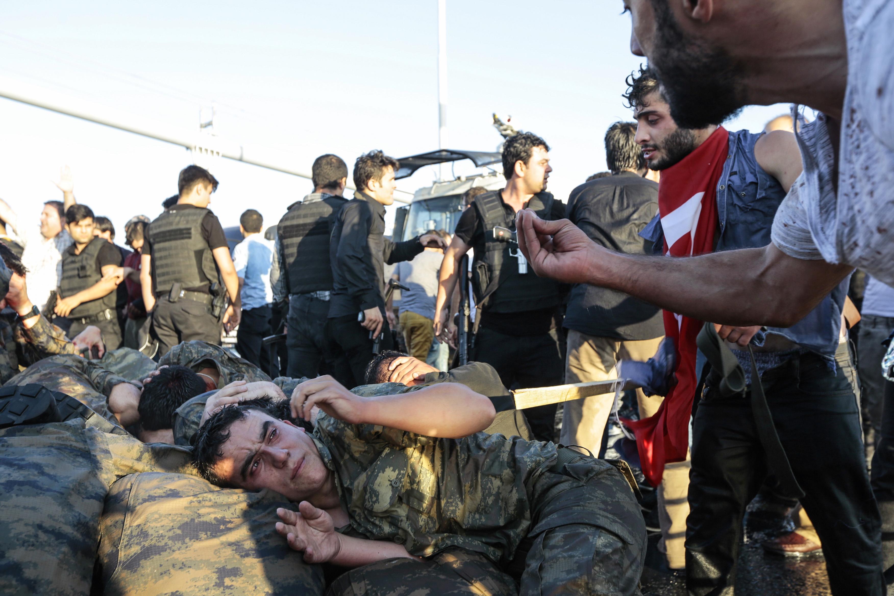 Kínozzák és megerőszakolják a puccskísérlet után letartóztatott embereket Törökországban