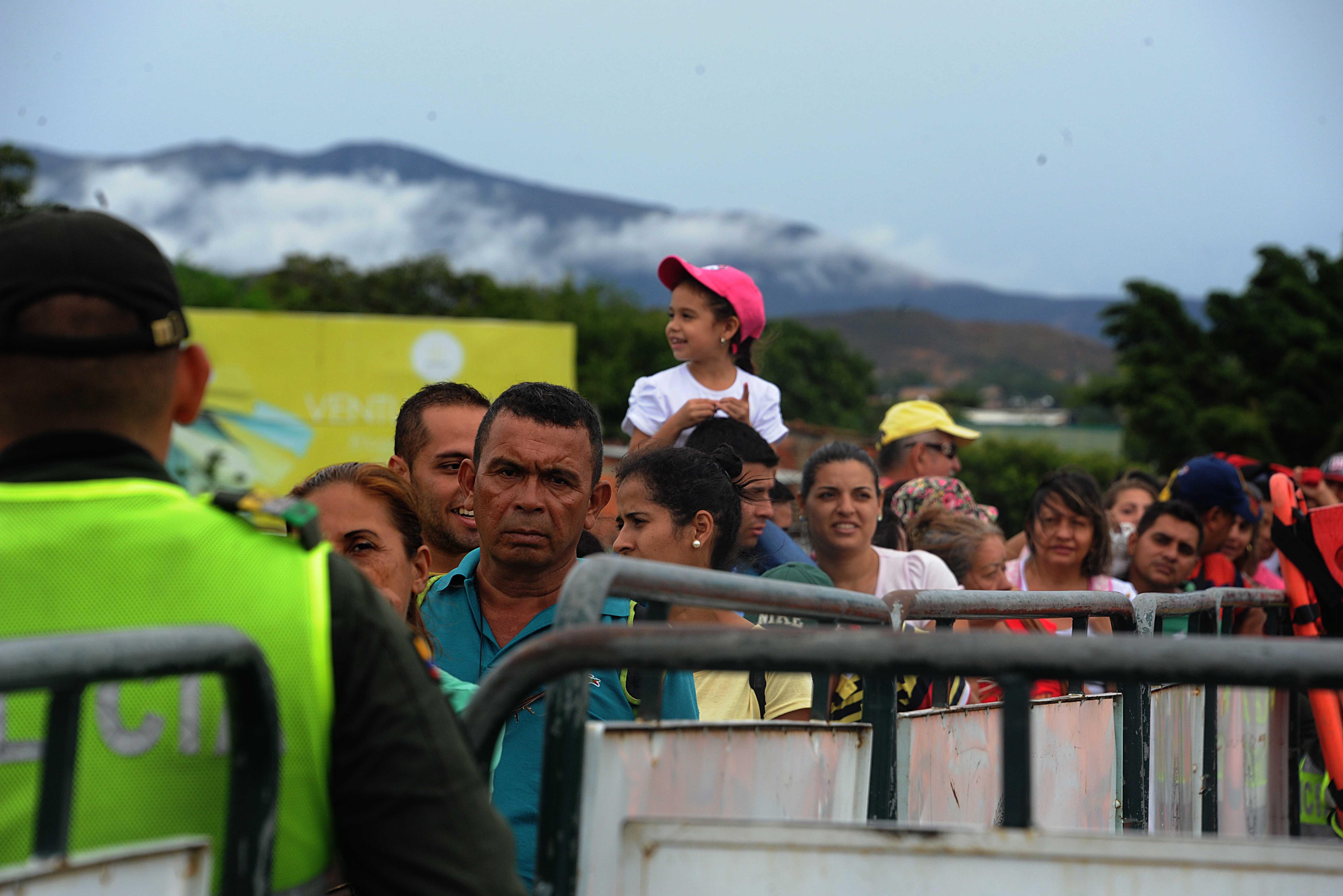 Venezuelában annyira bejött a szocializmus, hogy 35 ezer ember jár át Kolumbiába élelmiszerért és gyógyszerért